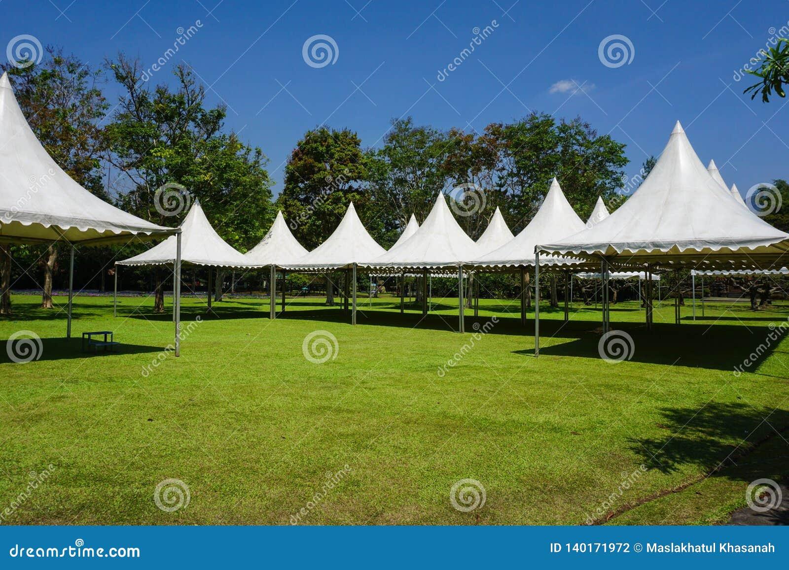 Witte tent in lijn in het tuinpark voor tuinierende partij - bogor van fotoindonesië