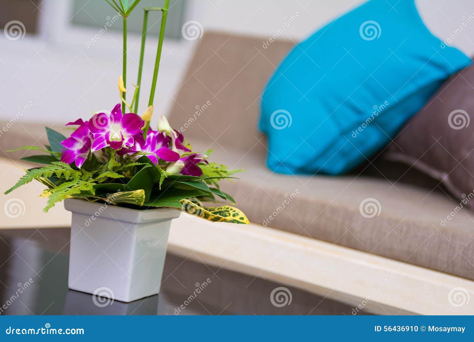 Witte vaas van bloemen in de woonkamer, stock foto   afbeelding ...