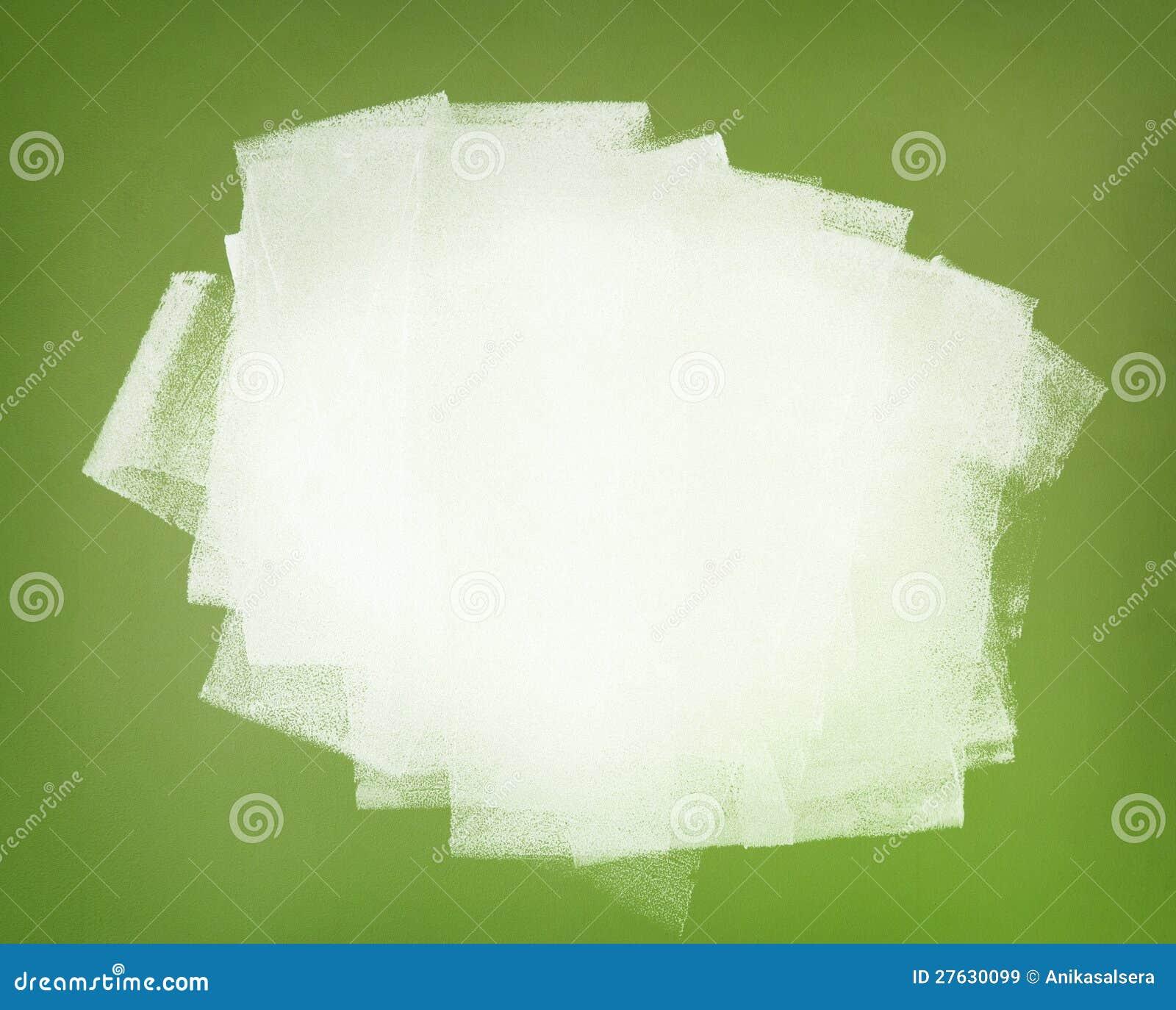 Witte verf. Penseelstreken op groene muur.