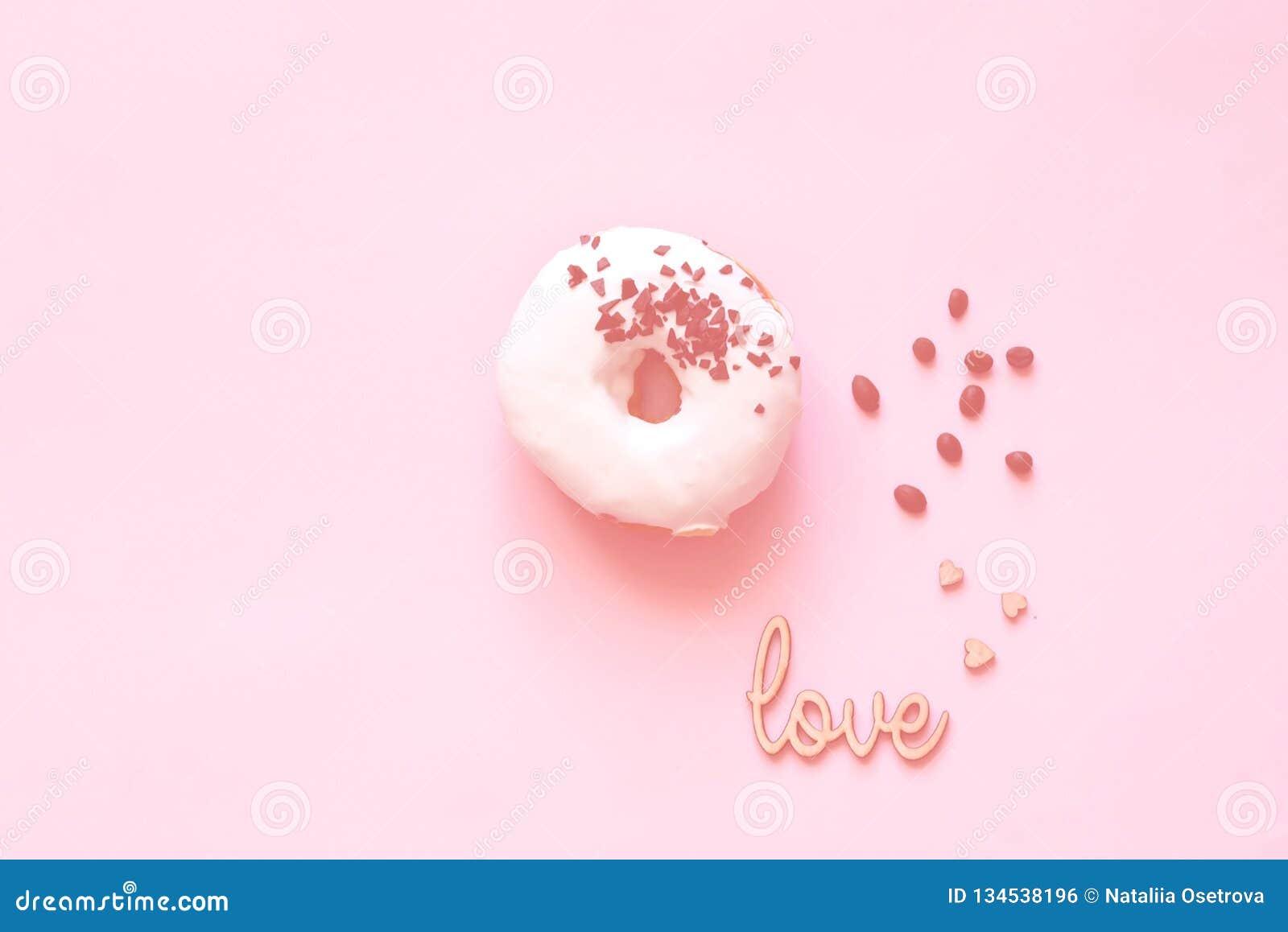 Witte verglaasde doughnut met zwarte chocoladesnoepjes op kraagachtergrond Vlak leg Voedselconcept, kleurrijke ontbijtkleur van 2