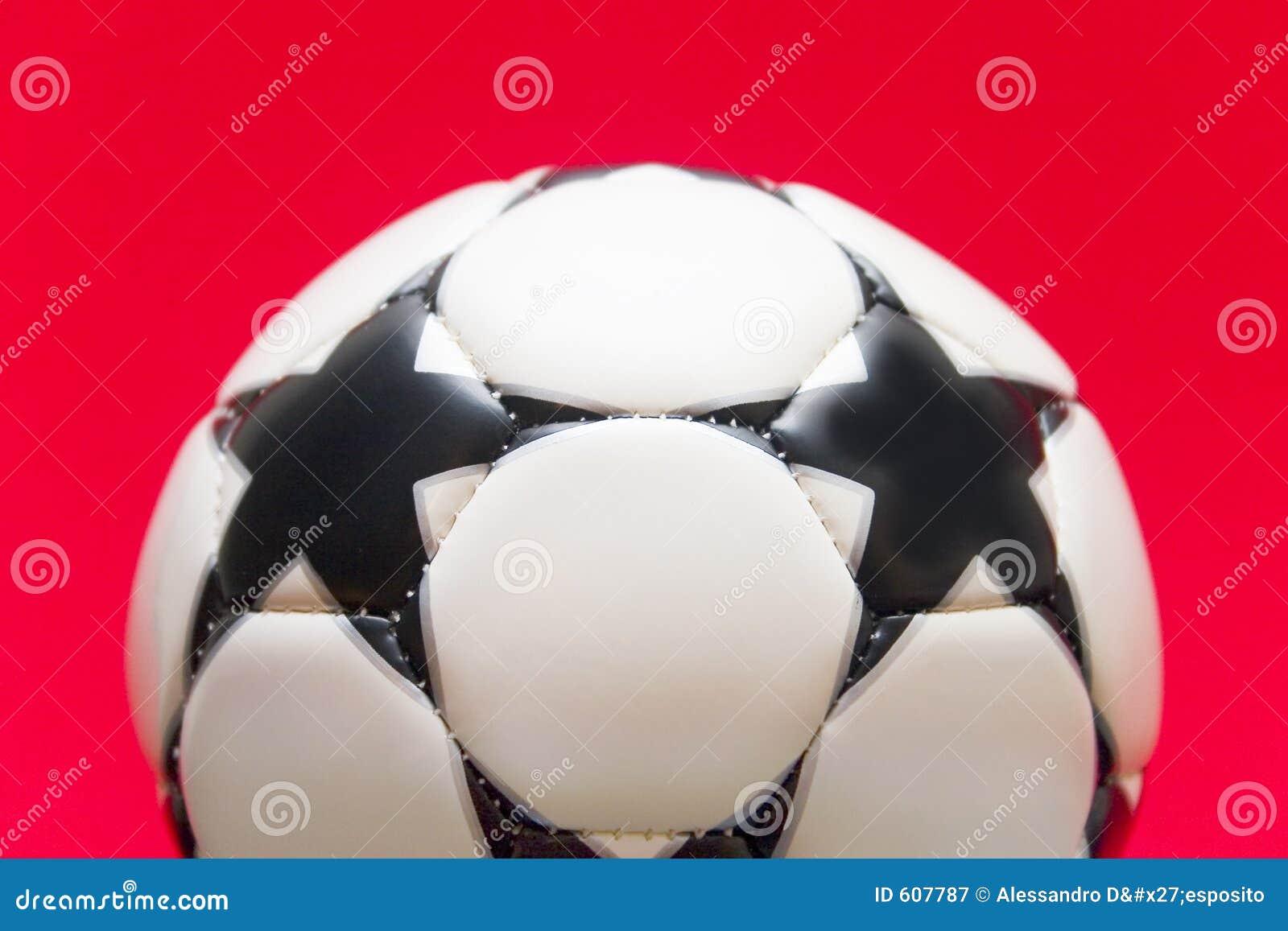 Witte voetbalbal op een rode achtergrond