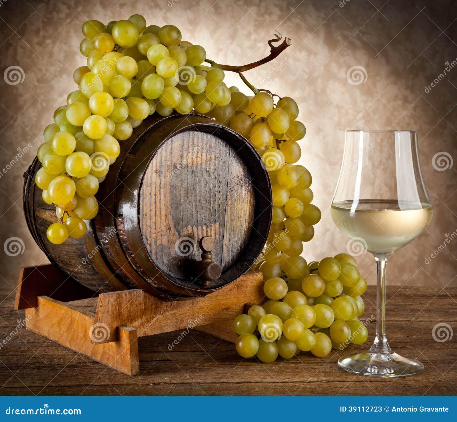 Witte wijn met druiven en vat