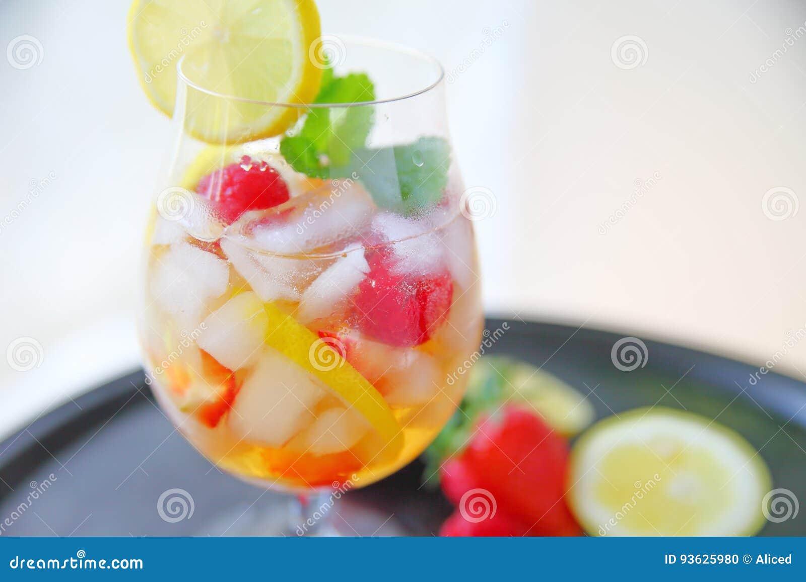 Wijnkoeler Met Licht : Witte wijnkoeler met fruit en munt stock foto afbeelding
