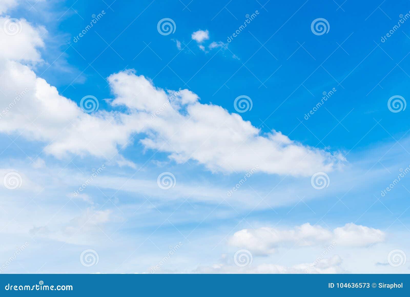 Download Witte wolk op blauwe hemel stock afbeelding. Afbeelding bestaande uit openlucht - 104636573