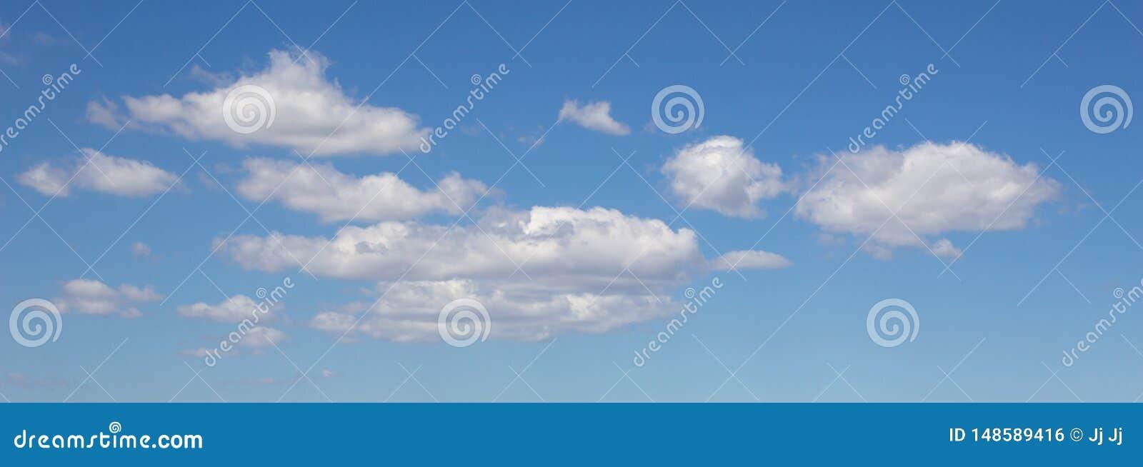 Witte wolken in een blauwe hemel