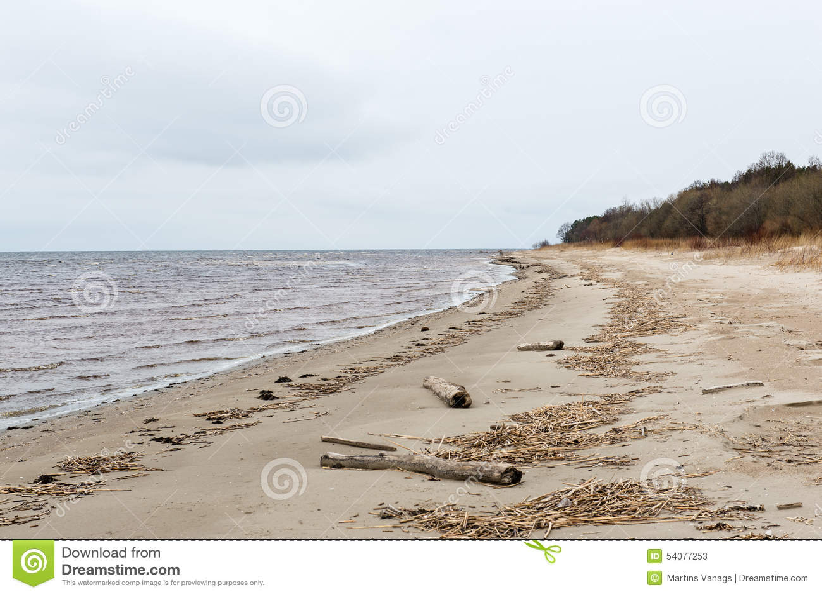 Witte wolken over strand