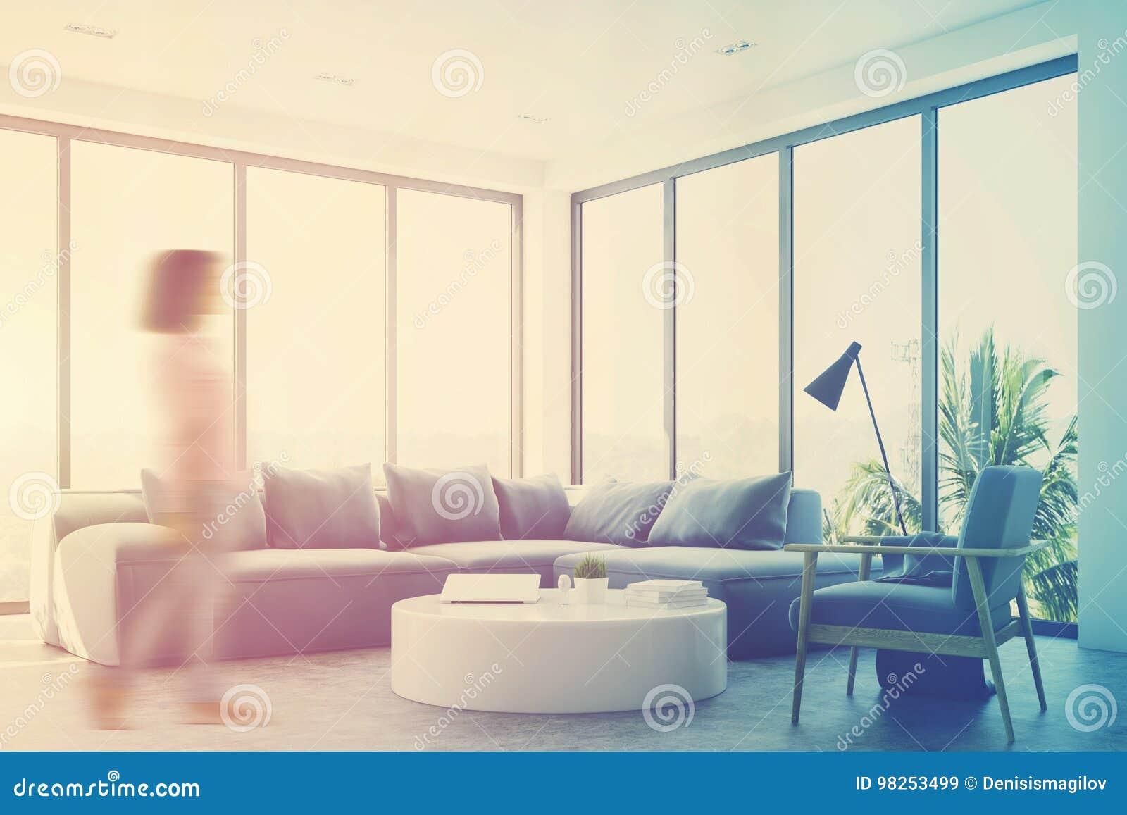 Blauwe Design Bank.Witte Woonkamer Met Een Blauwe Bank Hoek Meisje Stock Afbeelding