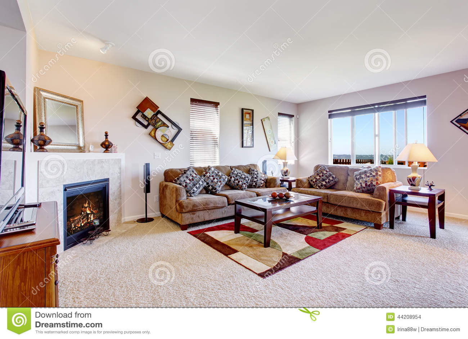 Kleurrijke Witte Woonkamer : Witte woonkamer met open haard en kleurrijke deken stock foto