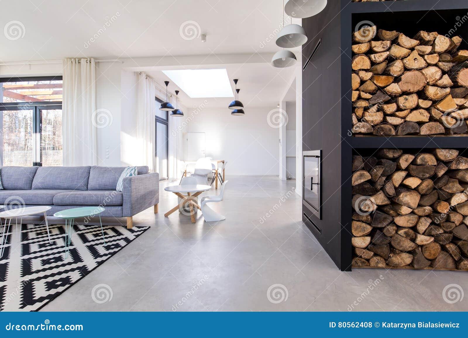 Witte woonkamer in modern minimalistisch huis met concrete vloer