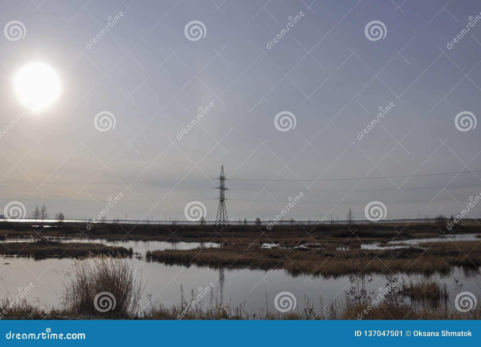 Witte zon in de koude de herfsthemel over rivieren en meren travelling tundra