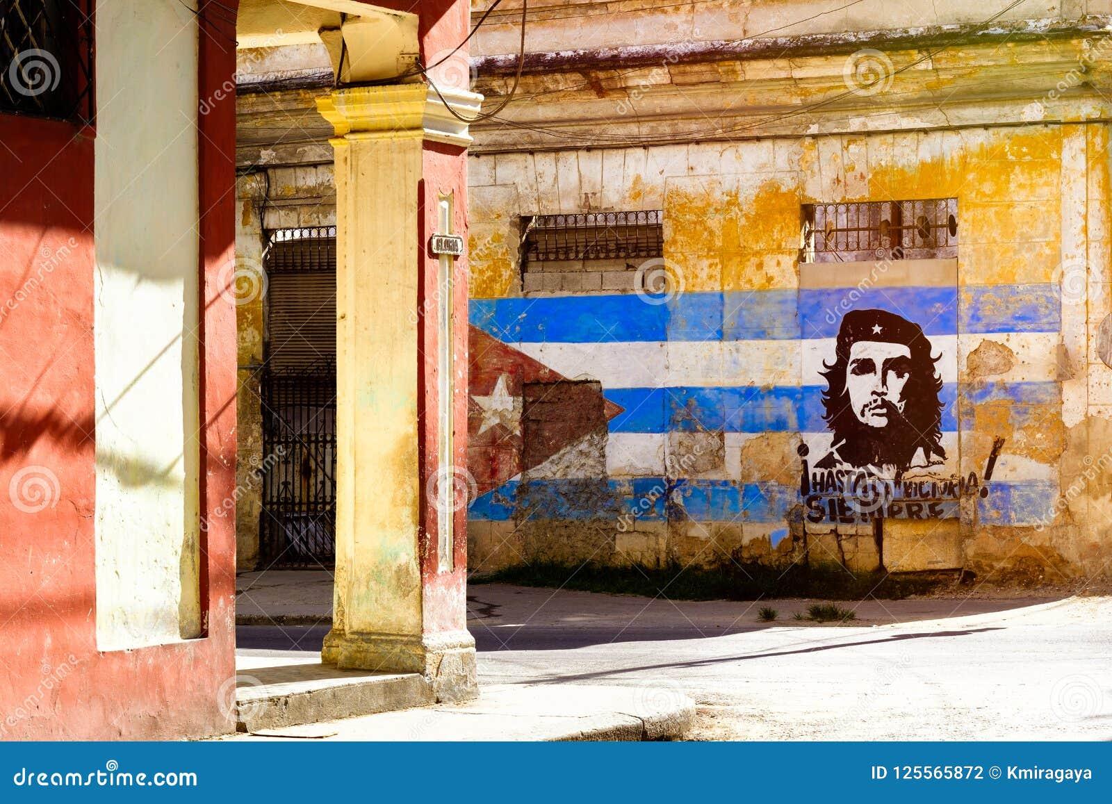 Wizerunek Che Guevara i kubańska flaga na starym budynku w Hawańskim