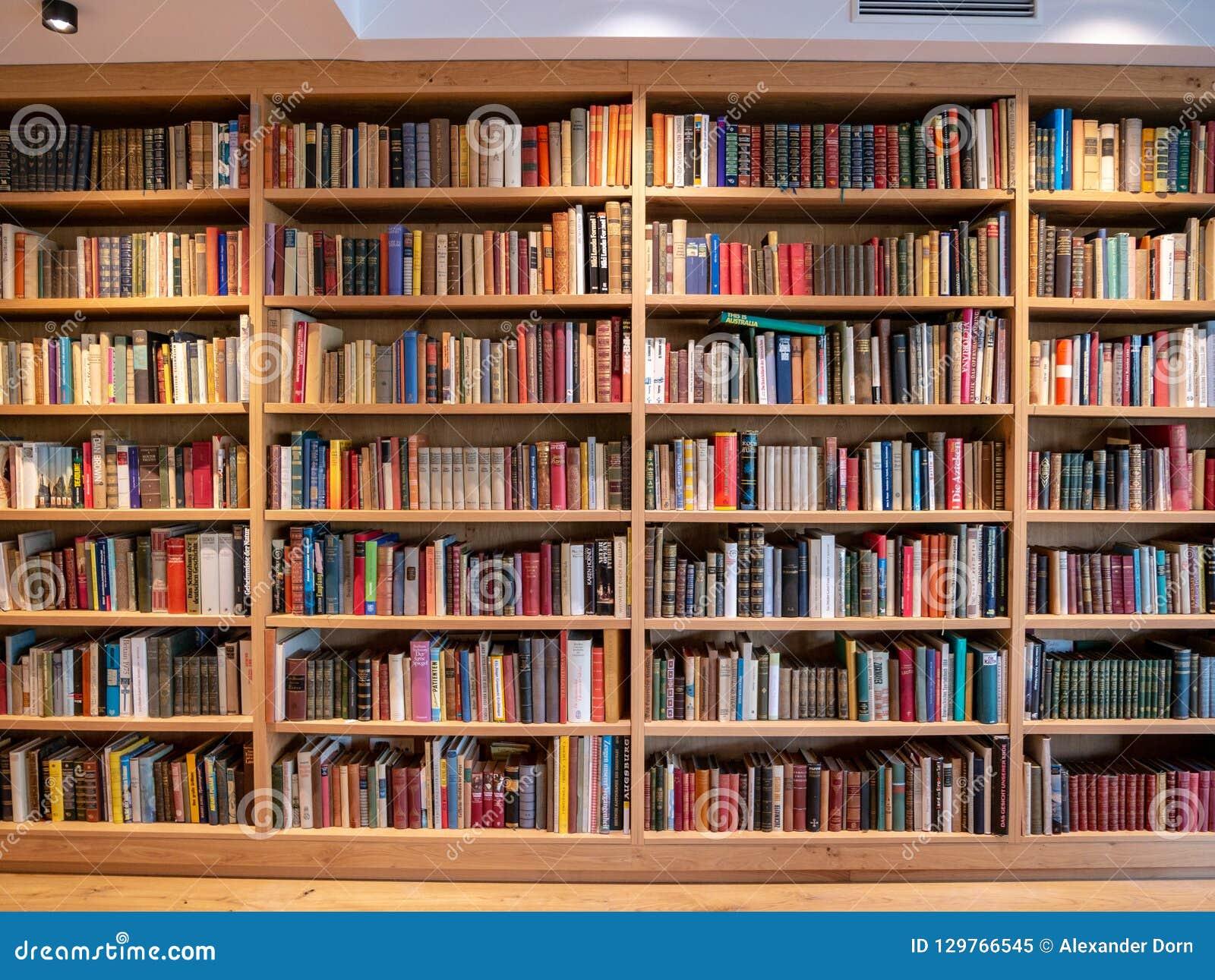 Wizerunek drewniana książkowa półka z książkami