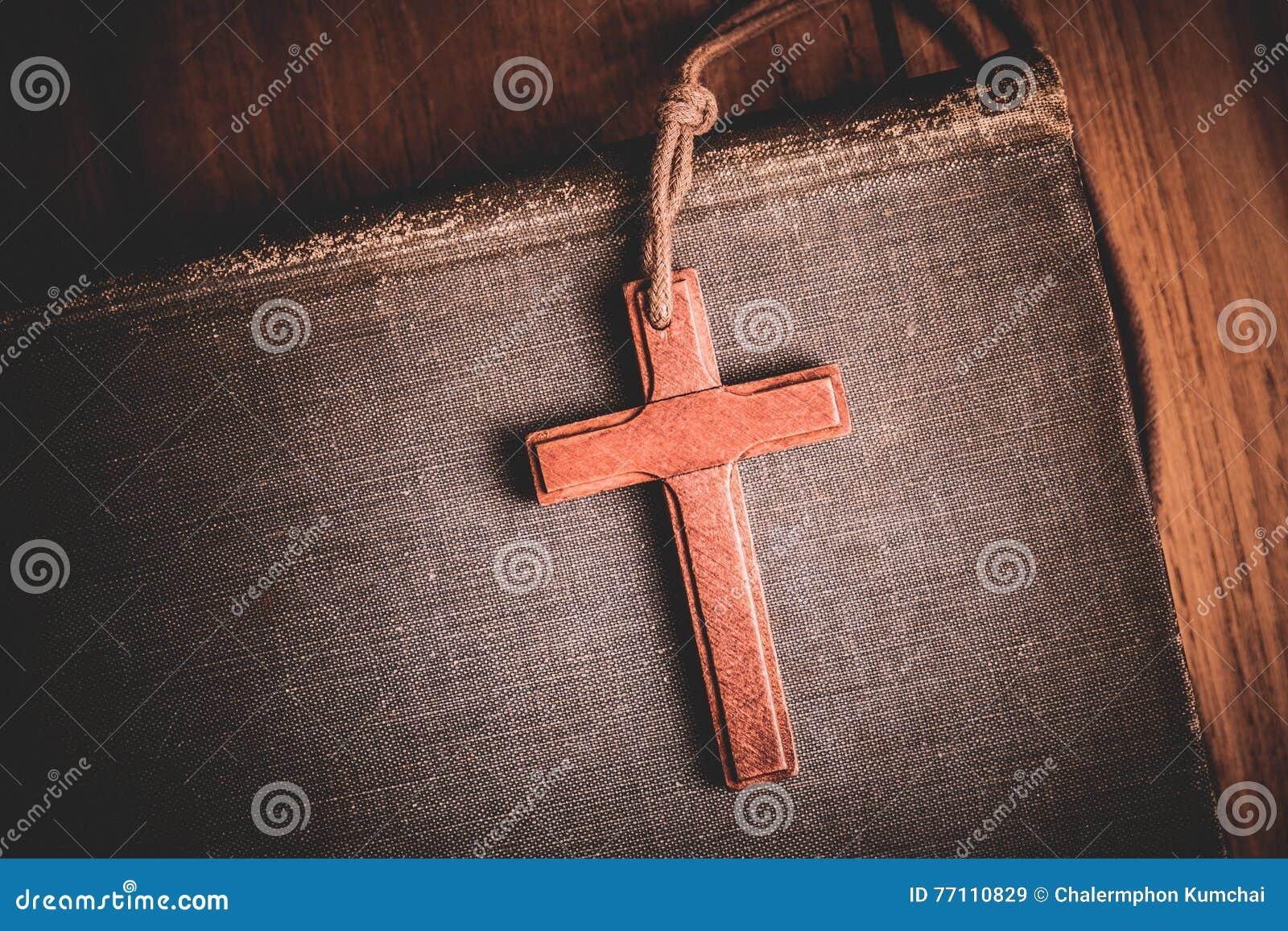 Wizerunek drewniany krzyż na biblii tle