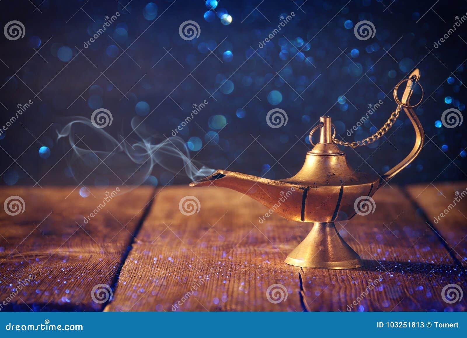 Wizerunek magiczna aladdin lampa z błyskotliwość dymem Lampa życzenia