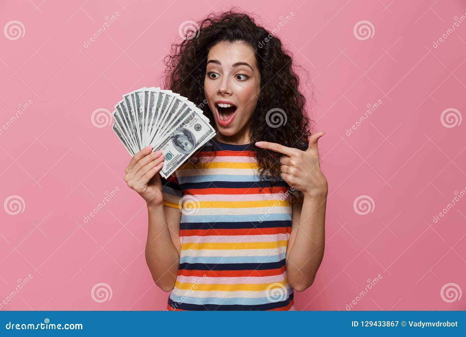 Wizerunek pomyślna kobieta 20s z kędzierzawego włosy mienia fan dol