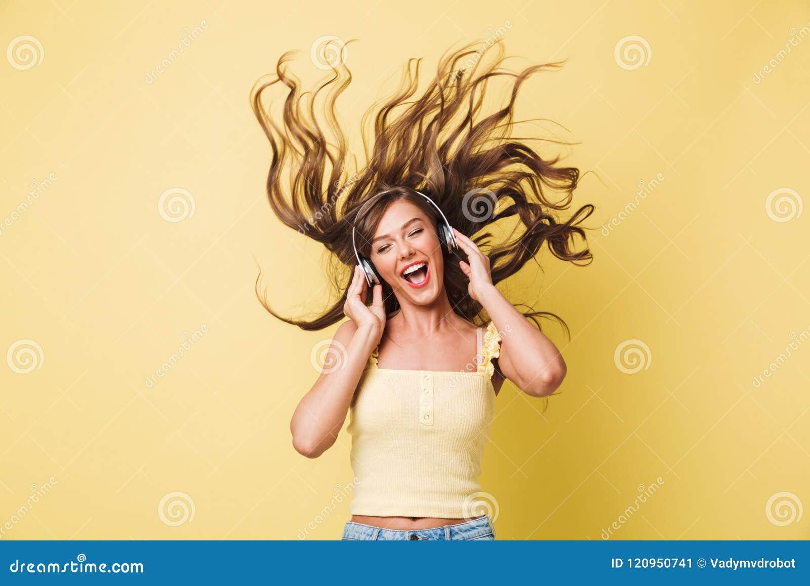 Wizerunek rozochocony kobiety 20s śpiew i cieszyć się melodia z shaki