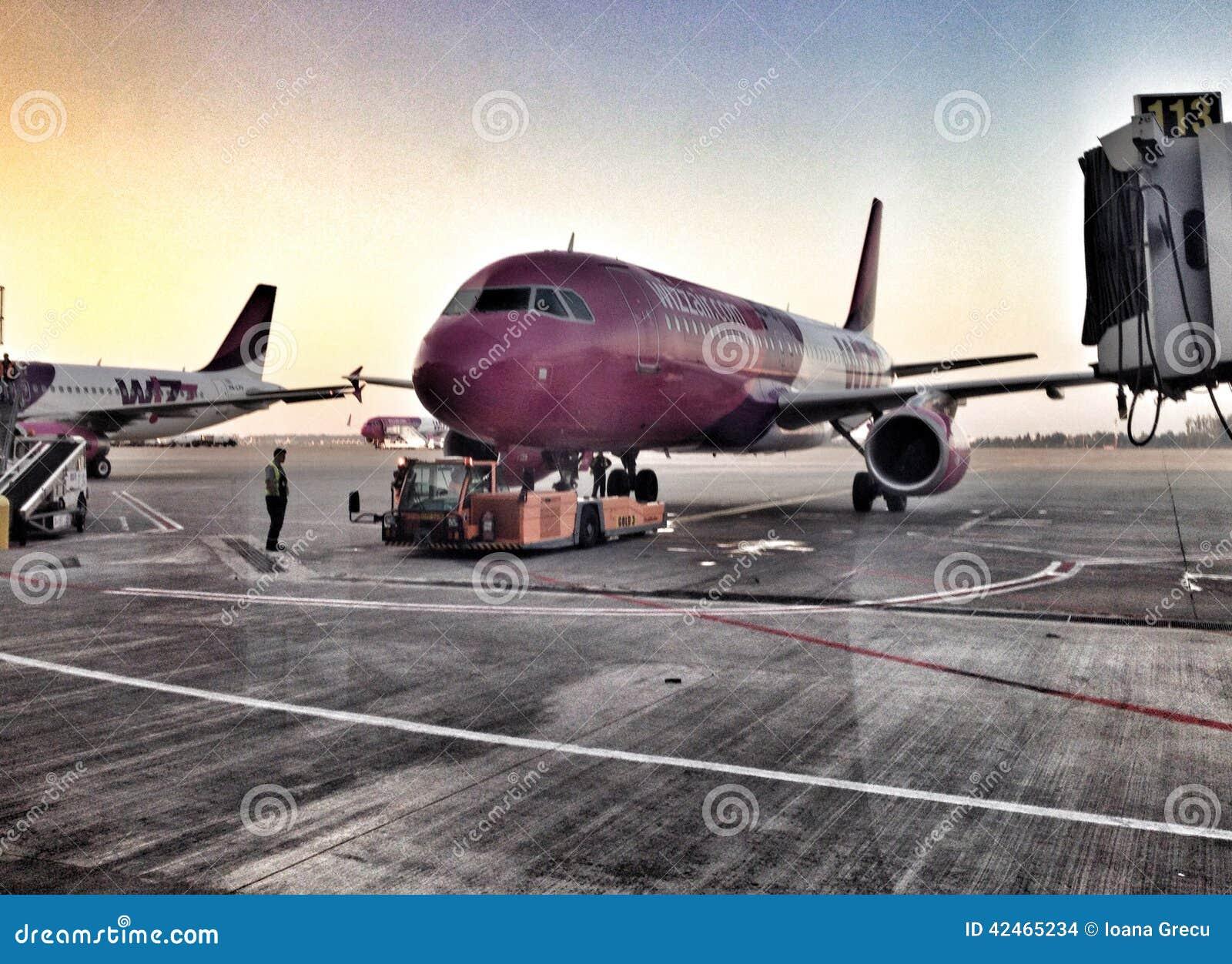Wizz Air planieren am Einstiegtor