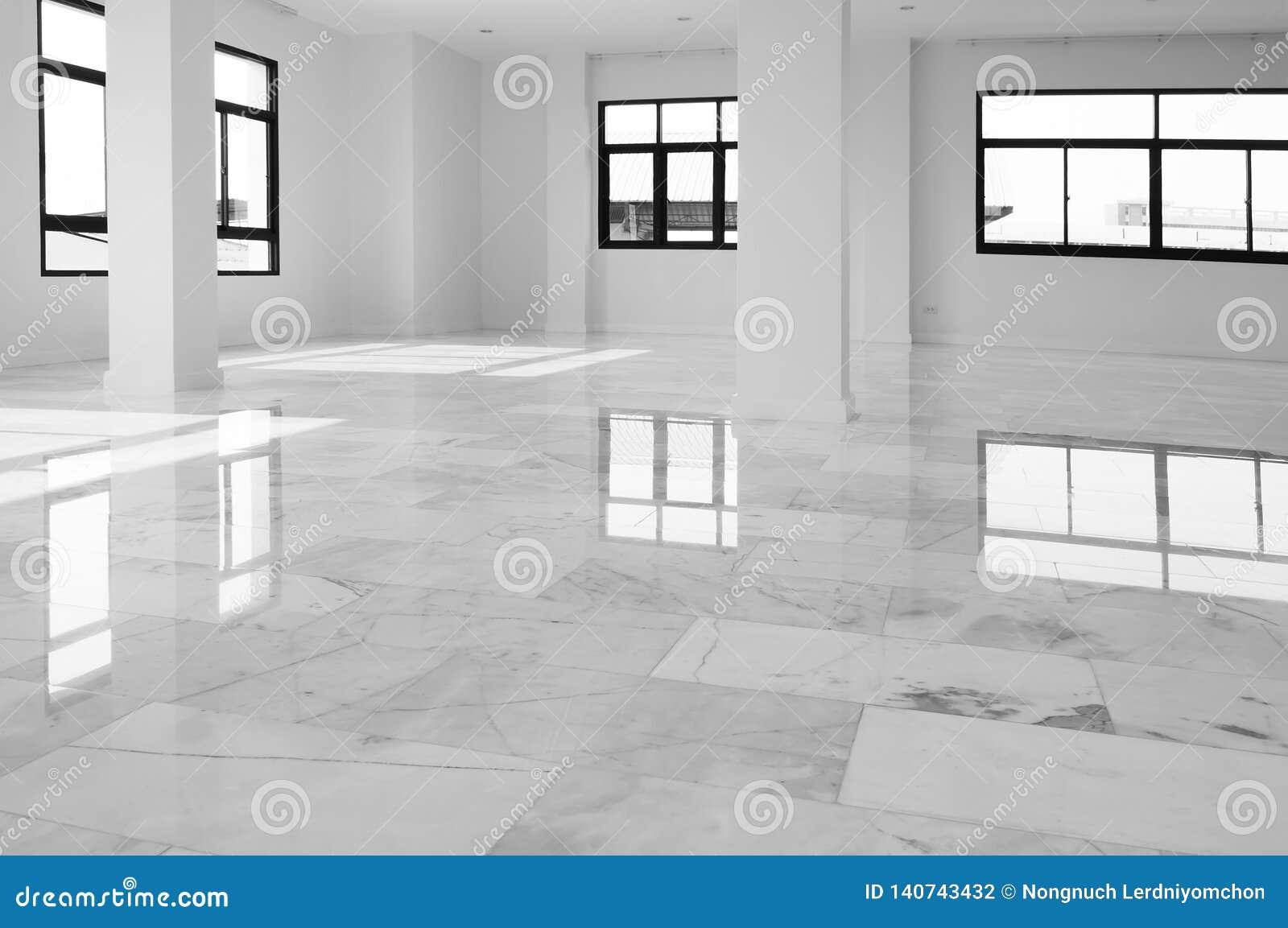Wnętrze pusty mieszkanie, szeroki pokój z marmurową podłogą Biel z popielatym marmurowym podłogowym wewnętrznym tłem Bielu marmur