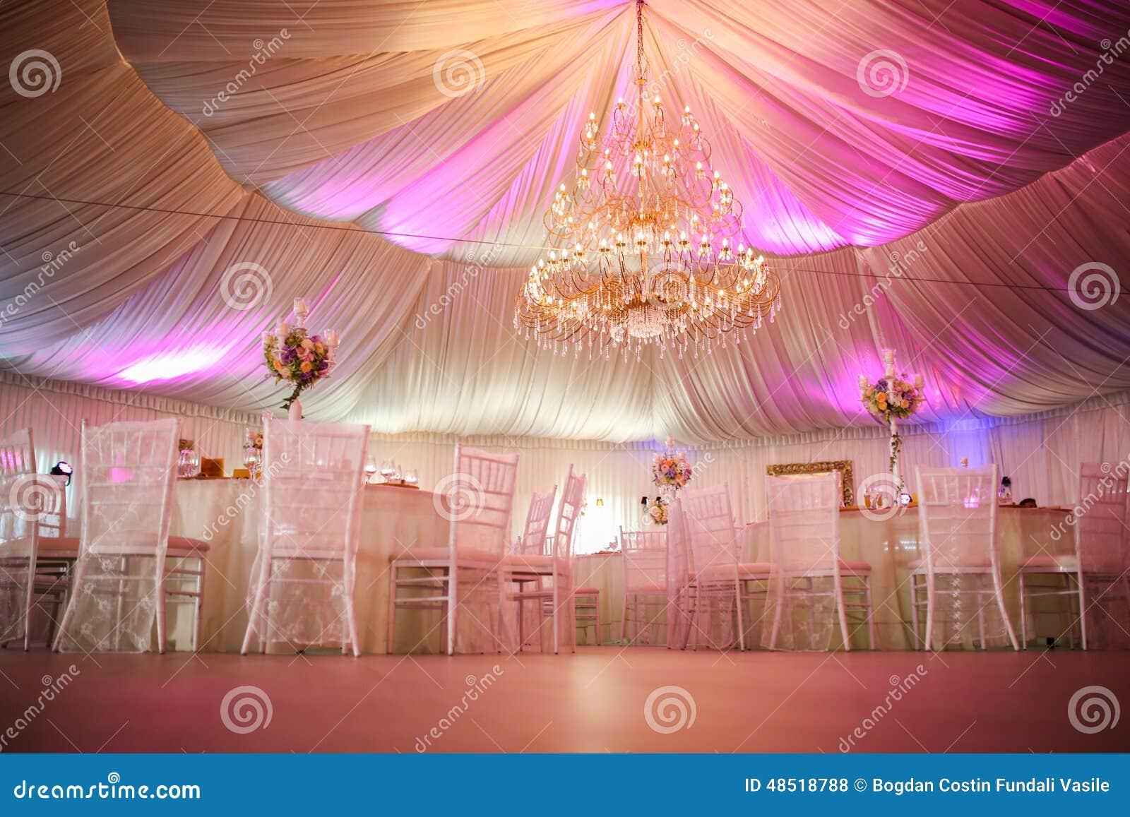 Wnętrze ślubna namiotowa dekoracja przygotowywająca dla gości
