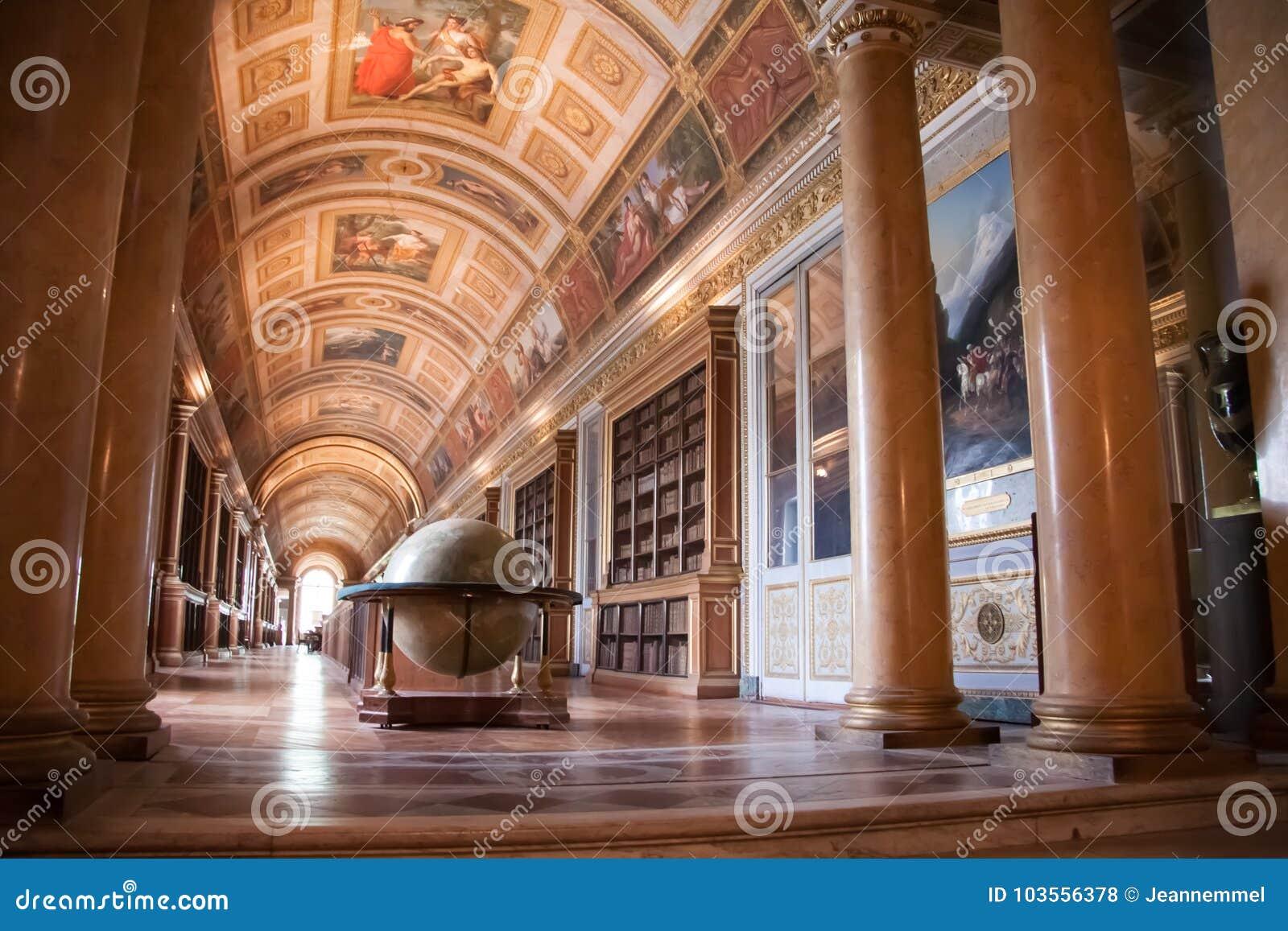 Wnętrze Fontainebleau pałac Galeria Diana z dużą kulą ziemską