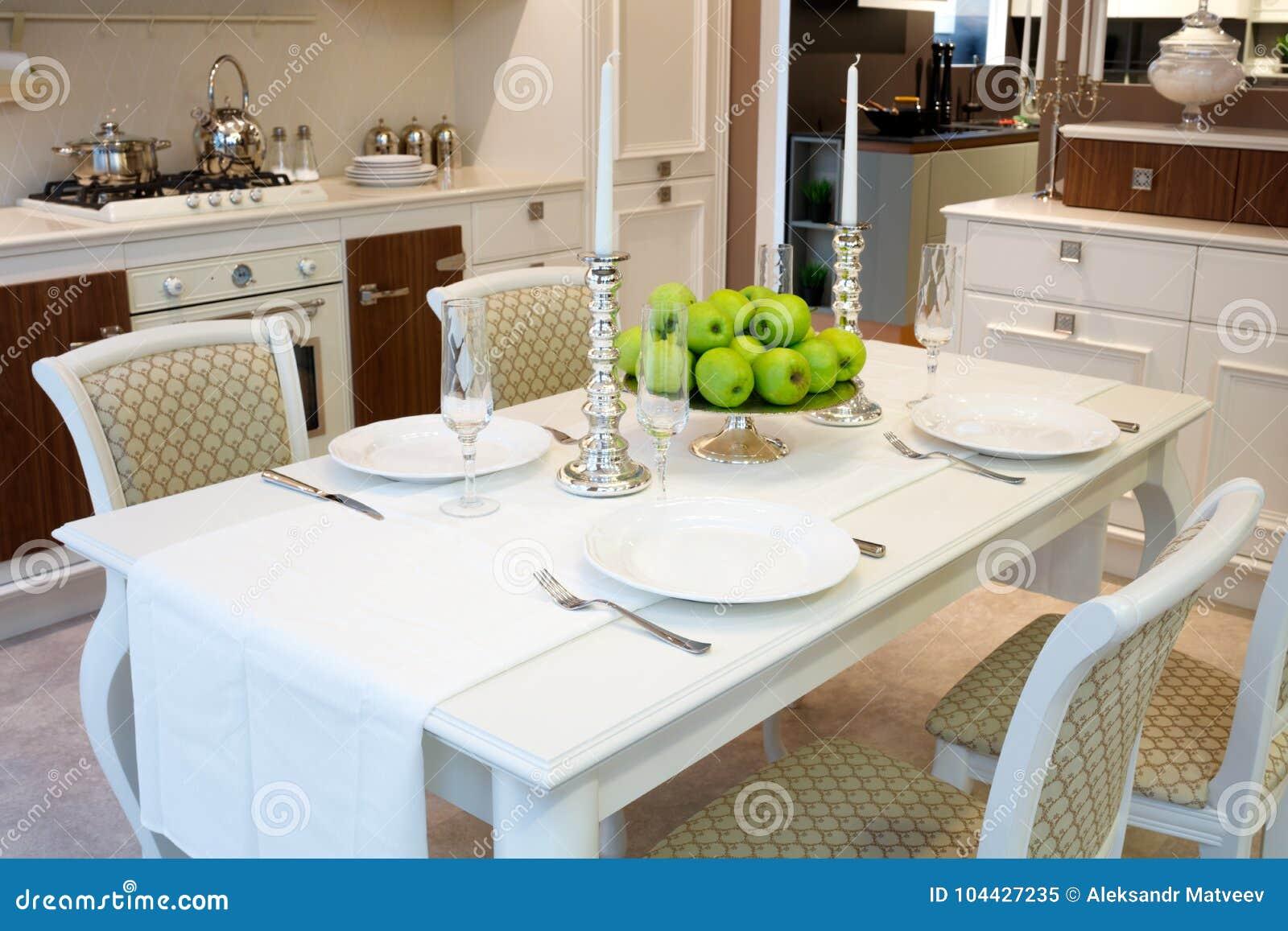 Wnętrze Klasyczny Biały Kuchni I łomotać Teren Słuzyć Stół Dla 4