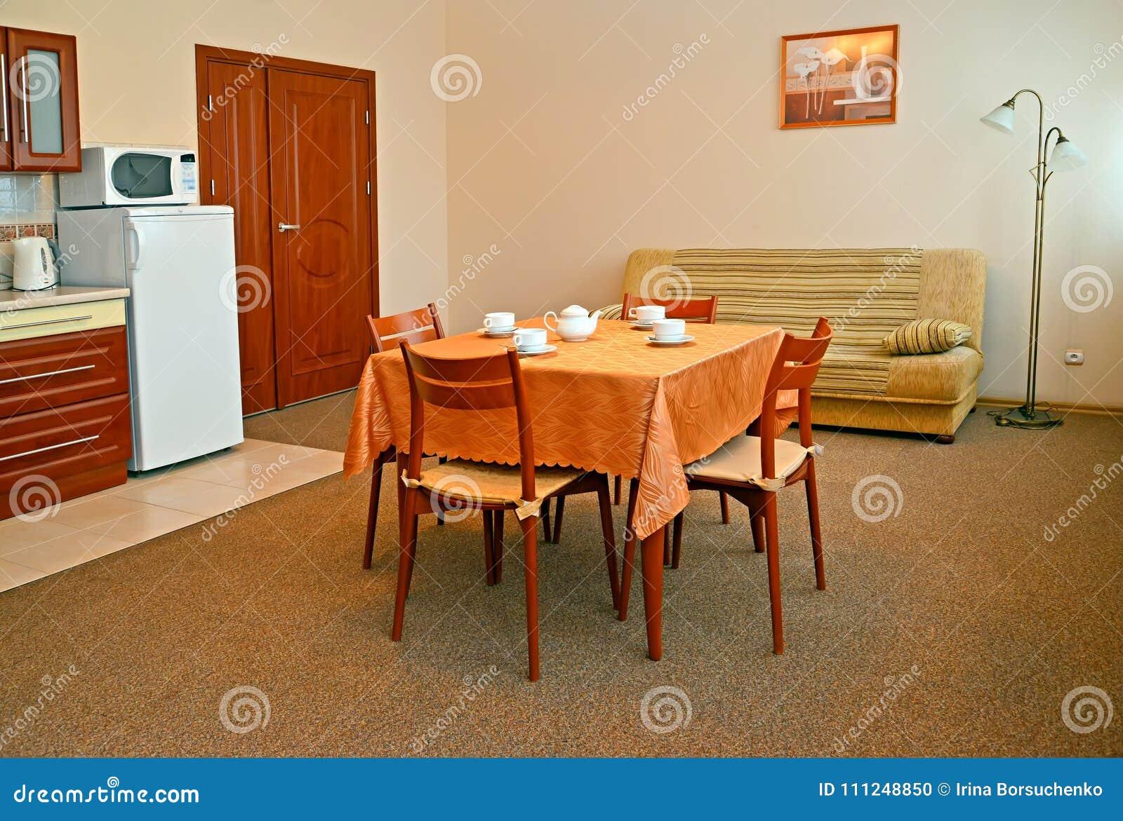 Wnętrze Kuchnia W Ciepłych Kolorach Z Kanapą Zdjęcie Stock