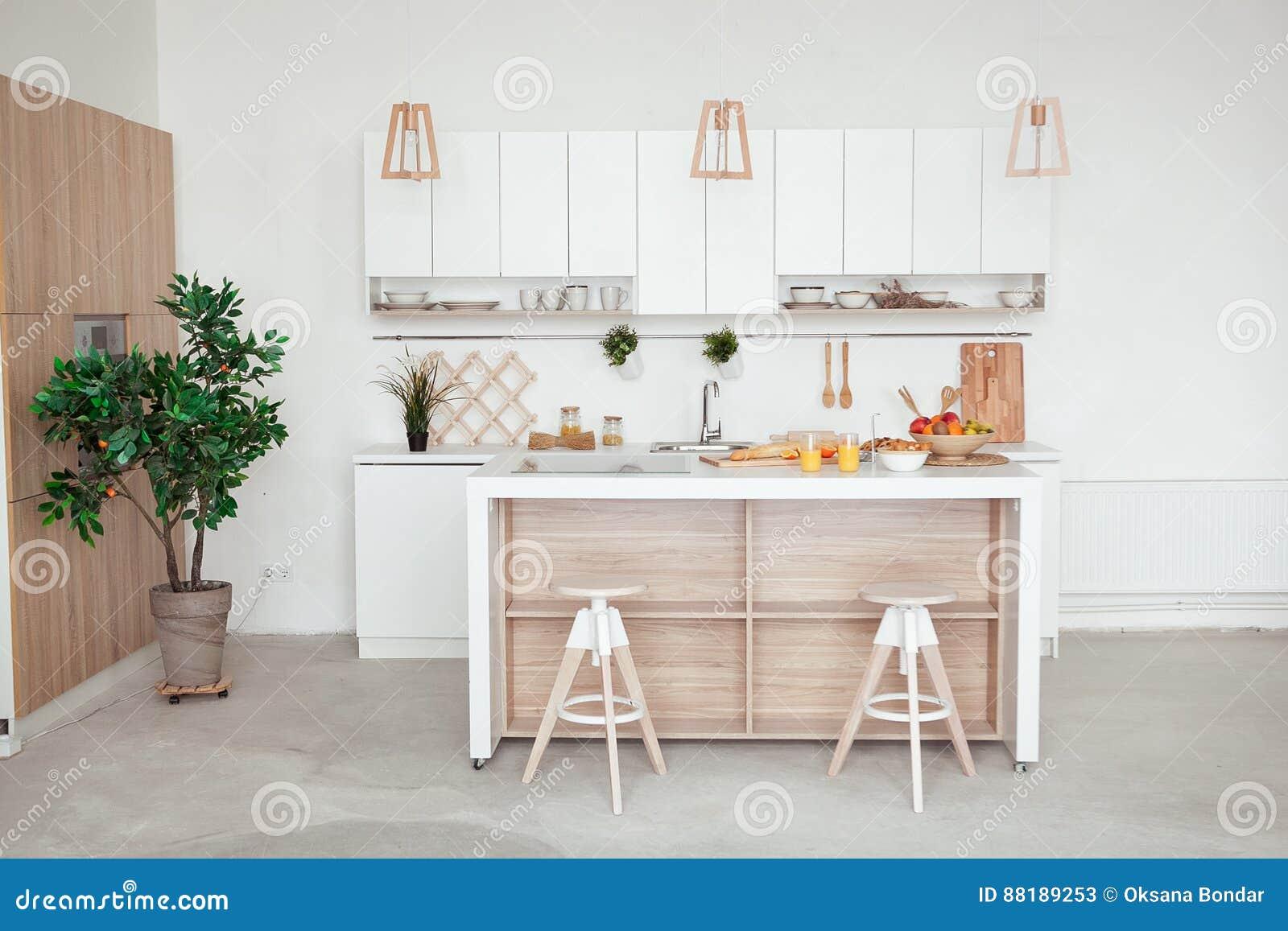 Wnętrze Mała Biała Kuchnia Z świeżą Owoc Dwa Szkła Sok