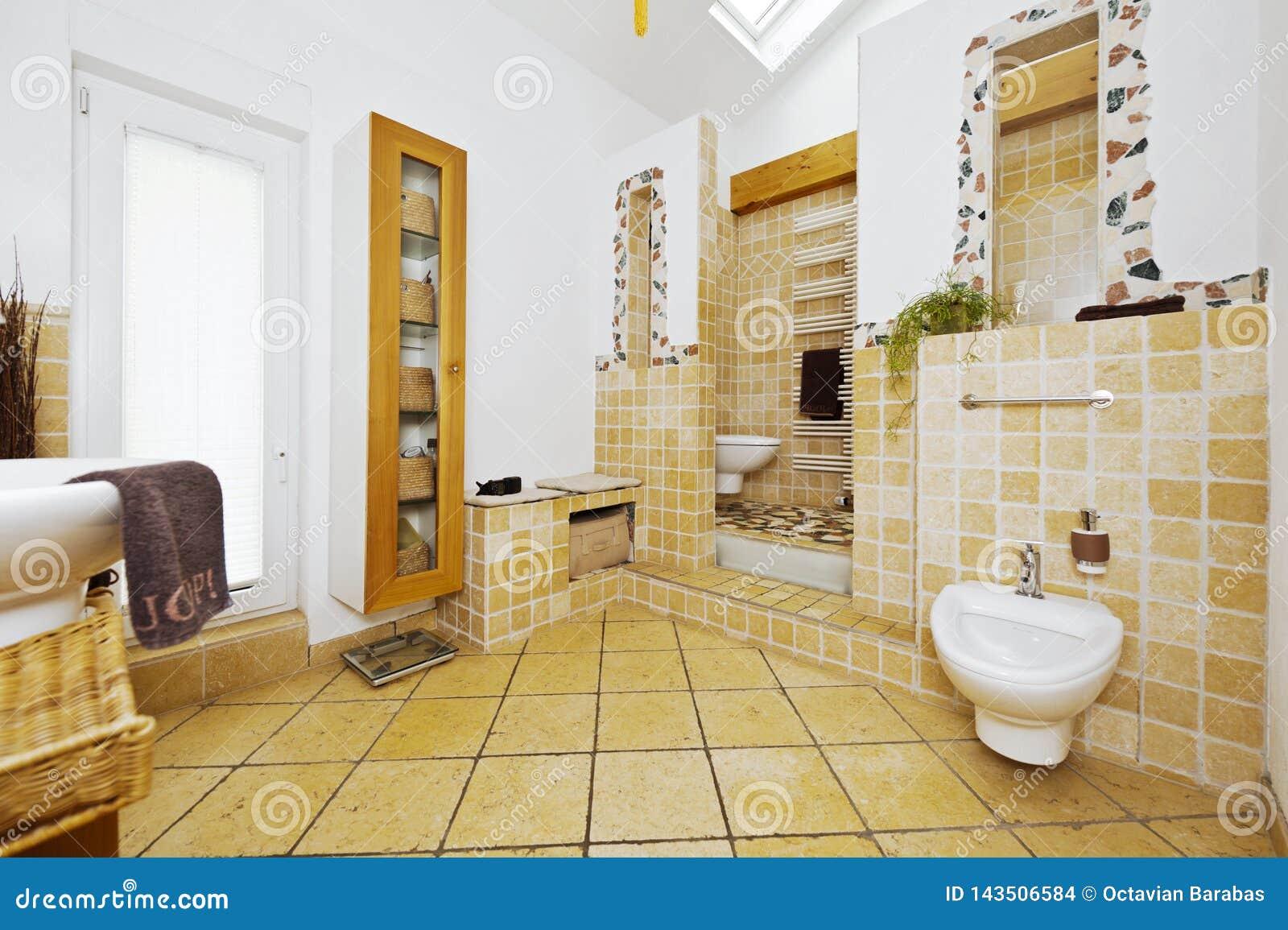 Wnętrze nowożytna łazienka z śródziemnomorskimi stylowymi płytkami