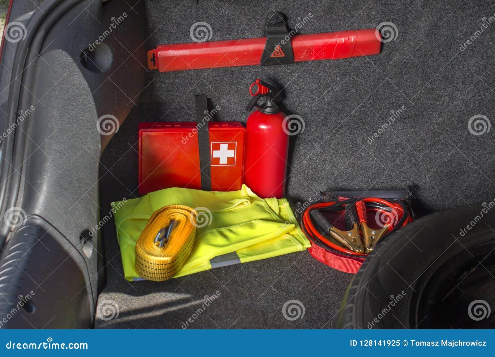 Wnętrze pożarniczy gasidło bagażnik samochód, ostrzegawczy trójbok, odbijająca kamizelka, gwiazda pierwszej pomocy zestaw w który