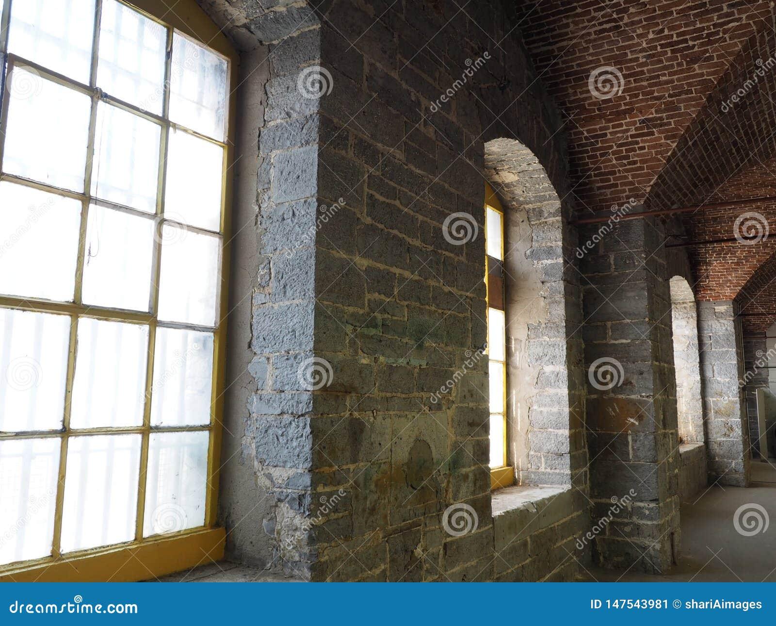 Wnętrze wapnia popielaty budynek