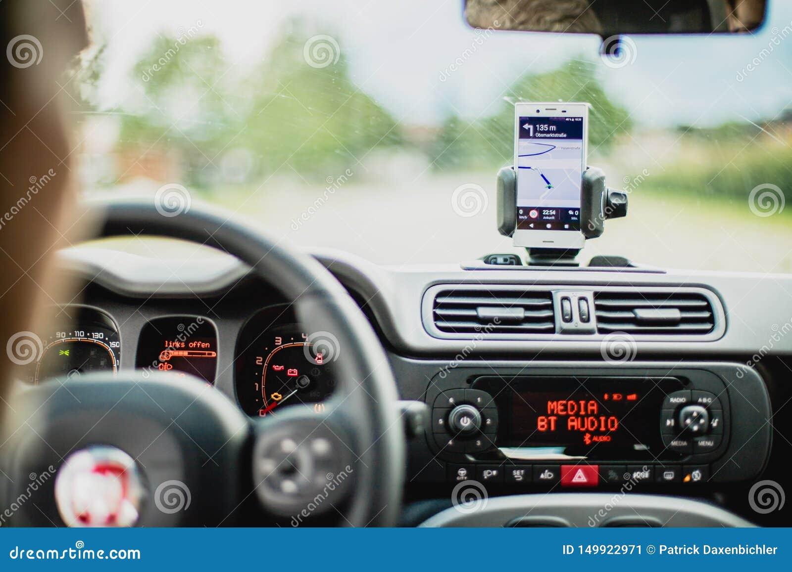 Wn?trze nowo?ytny samoch?d na s?onecznym dniu Smartphone na mobilnej górze, używać jako nawigacja przyrząd