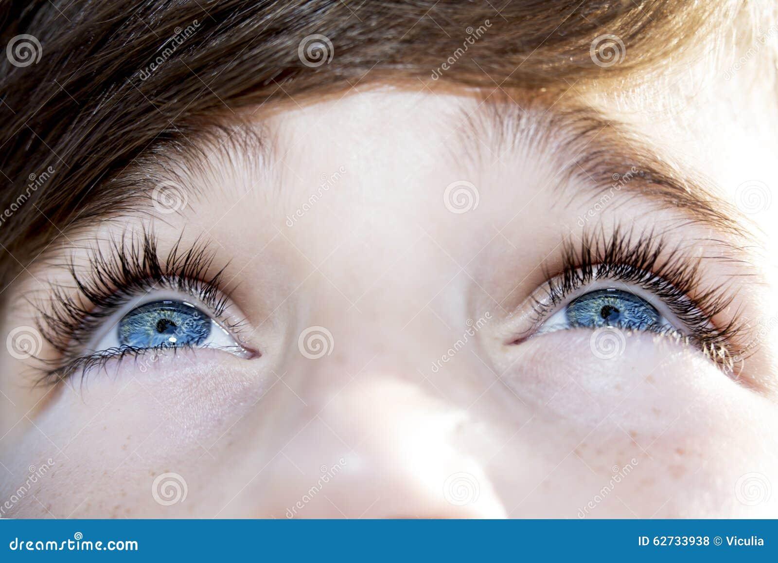 Wnikliwa spojrzeń niebieskich oczu chłopiec