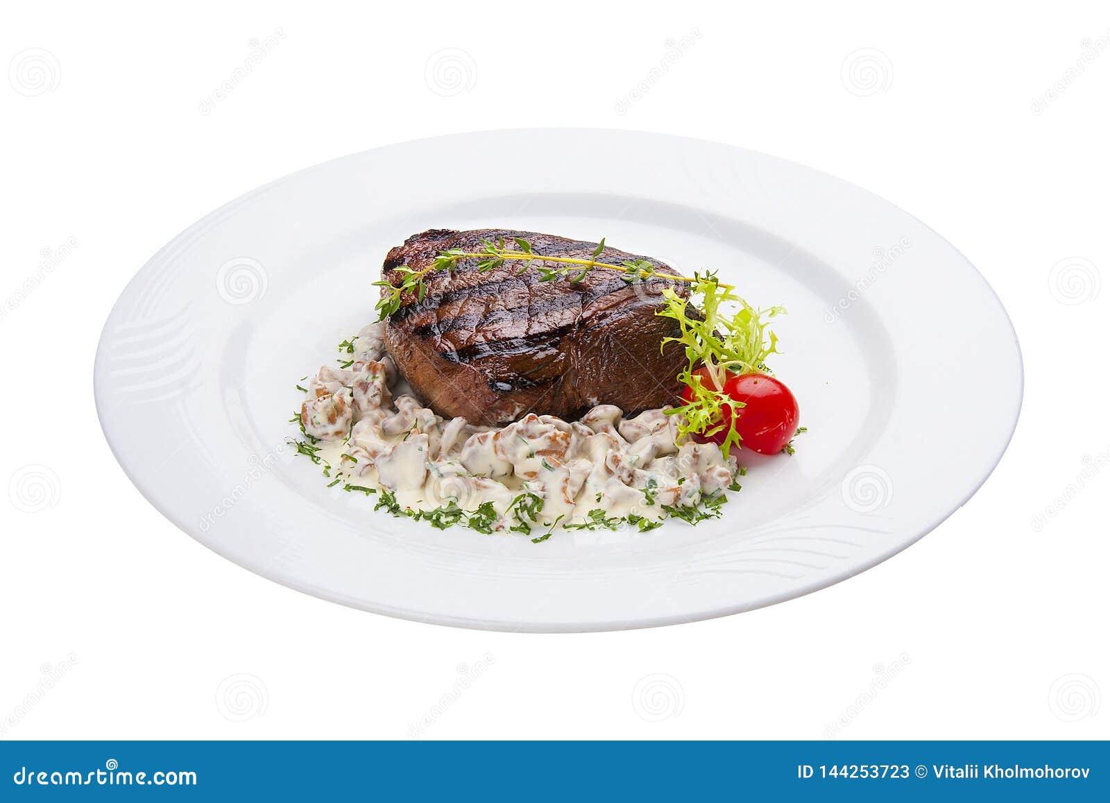 Wołowina stek z lasowymi pieczarkami Na białym talerzu