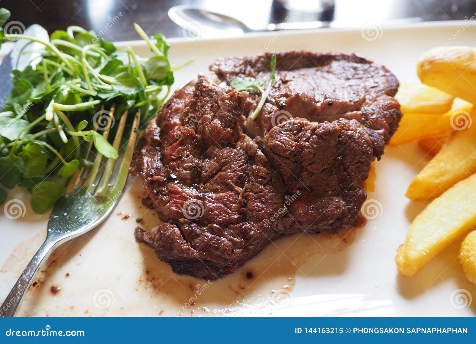 WOŁOWINA stek Z warzywa I francuza dłoniaków naczyniem