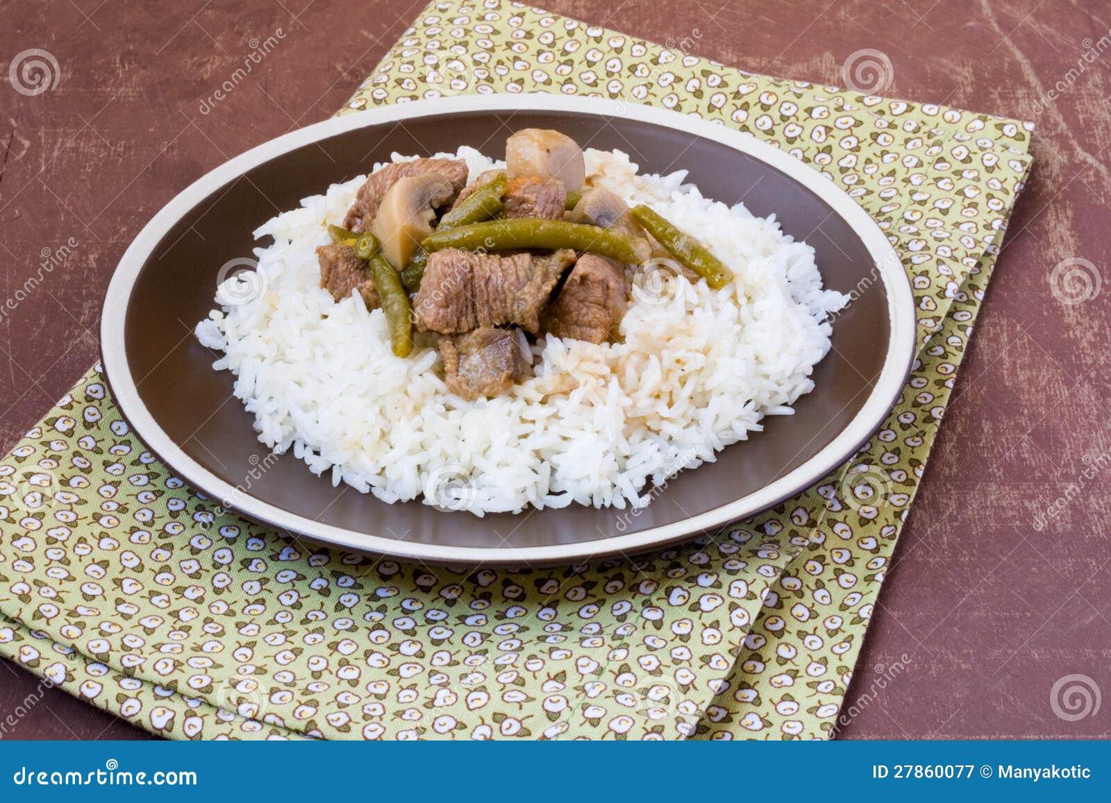 Wołowina z pieczarkami, warzywami i ryż