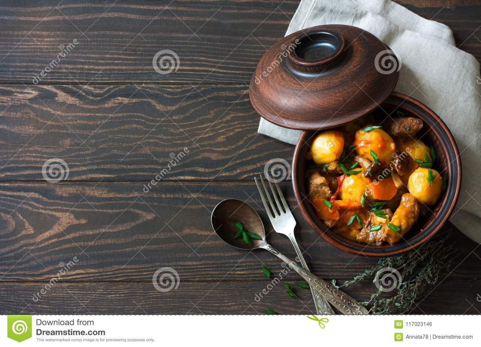 Wołowiny Goulash z grulami, marchewkami i pieczarkami,