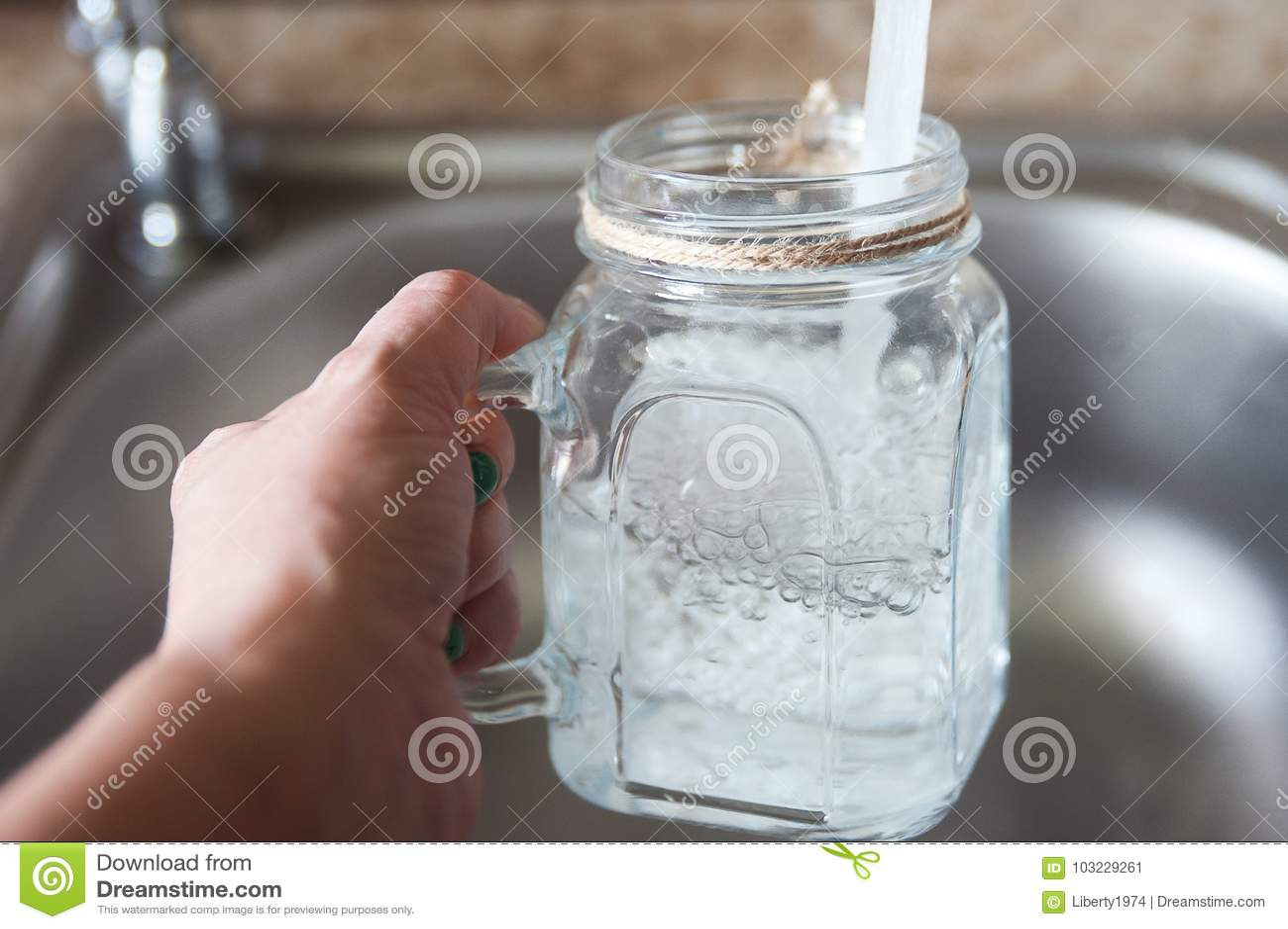 Woda kranowa w szkle
