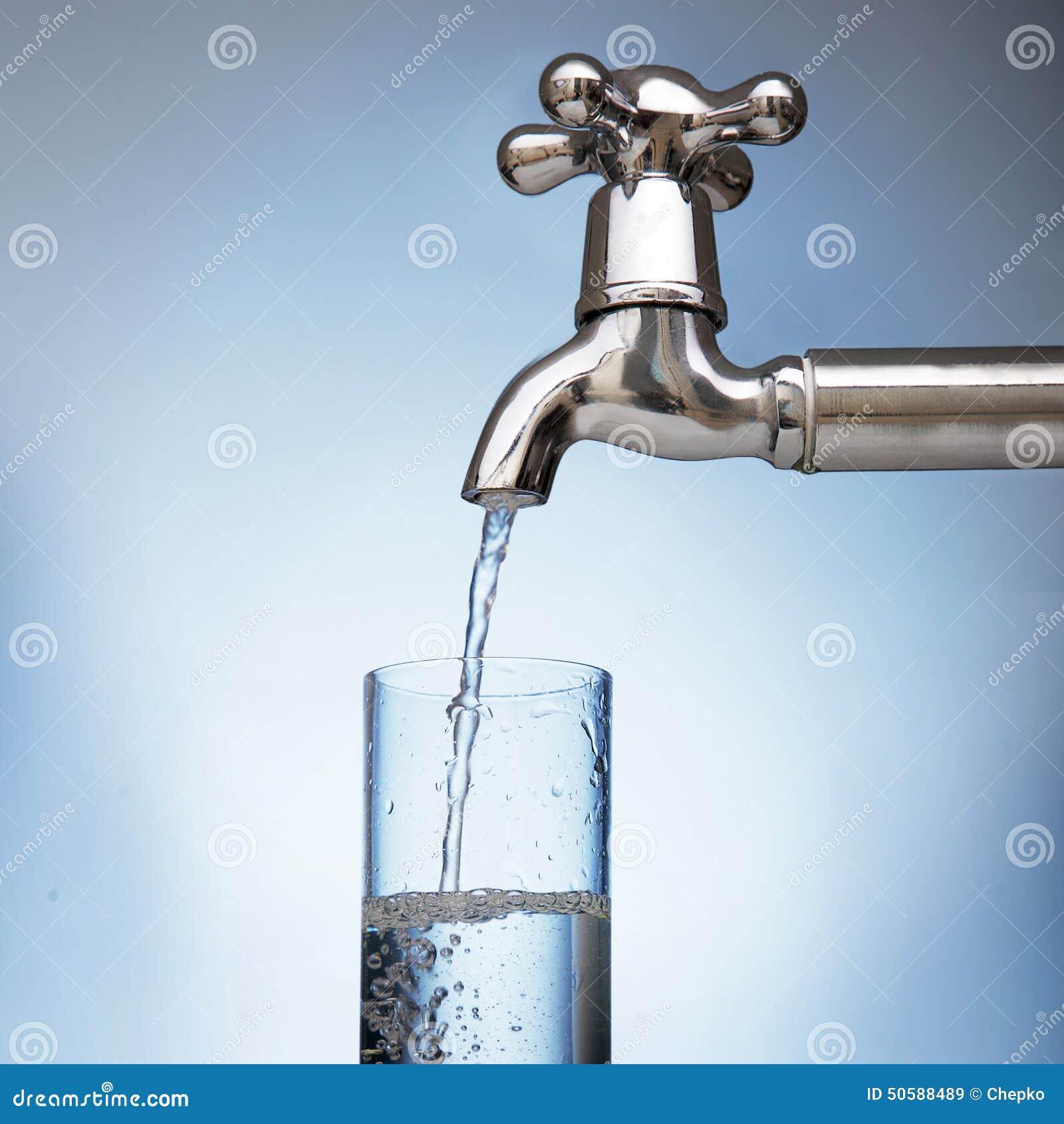 Woda nalewa w szkło od klepnięcia