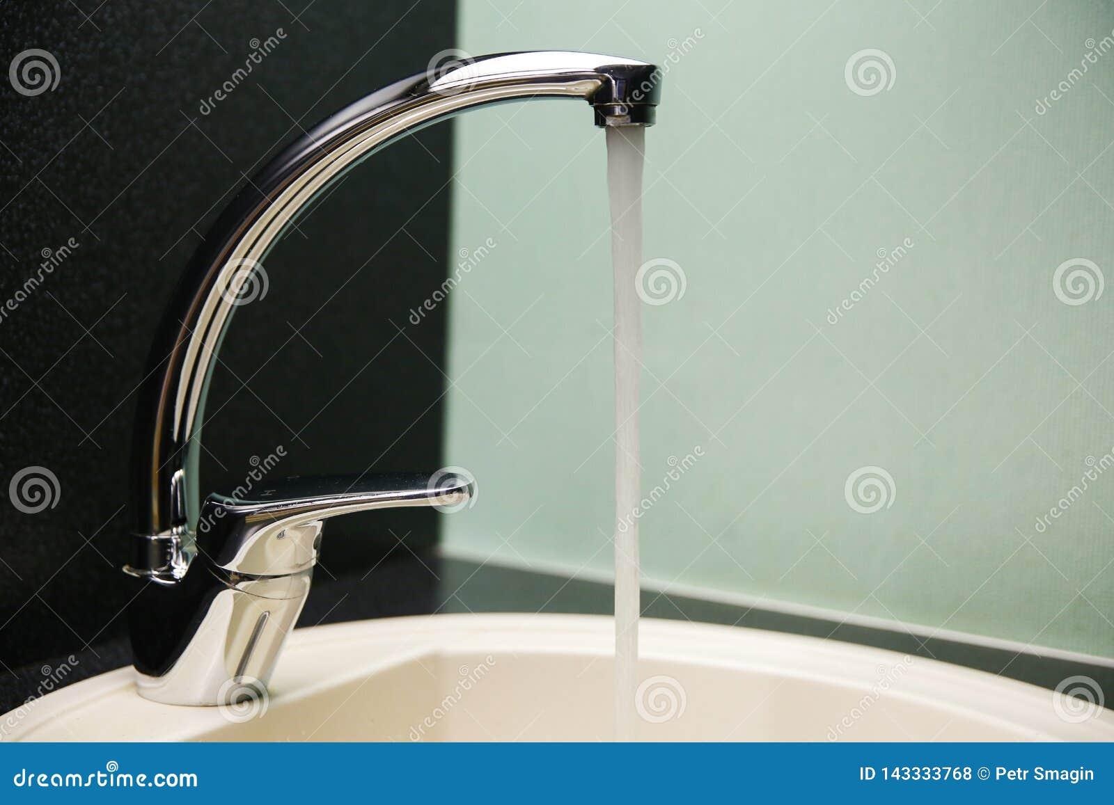 Woda płynie w zlew zamkniętego w górę