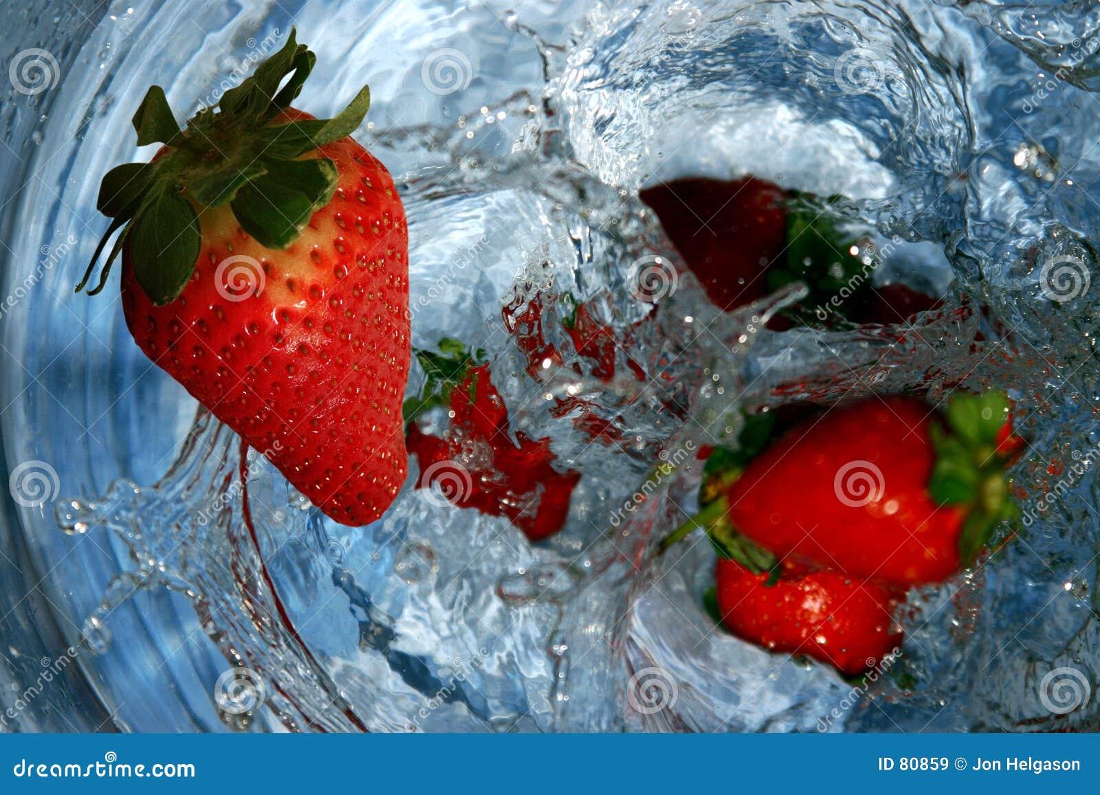Woda spadła soczysta truskawki