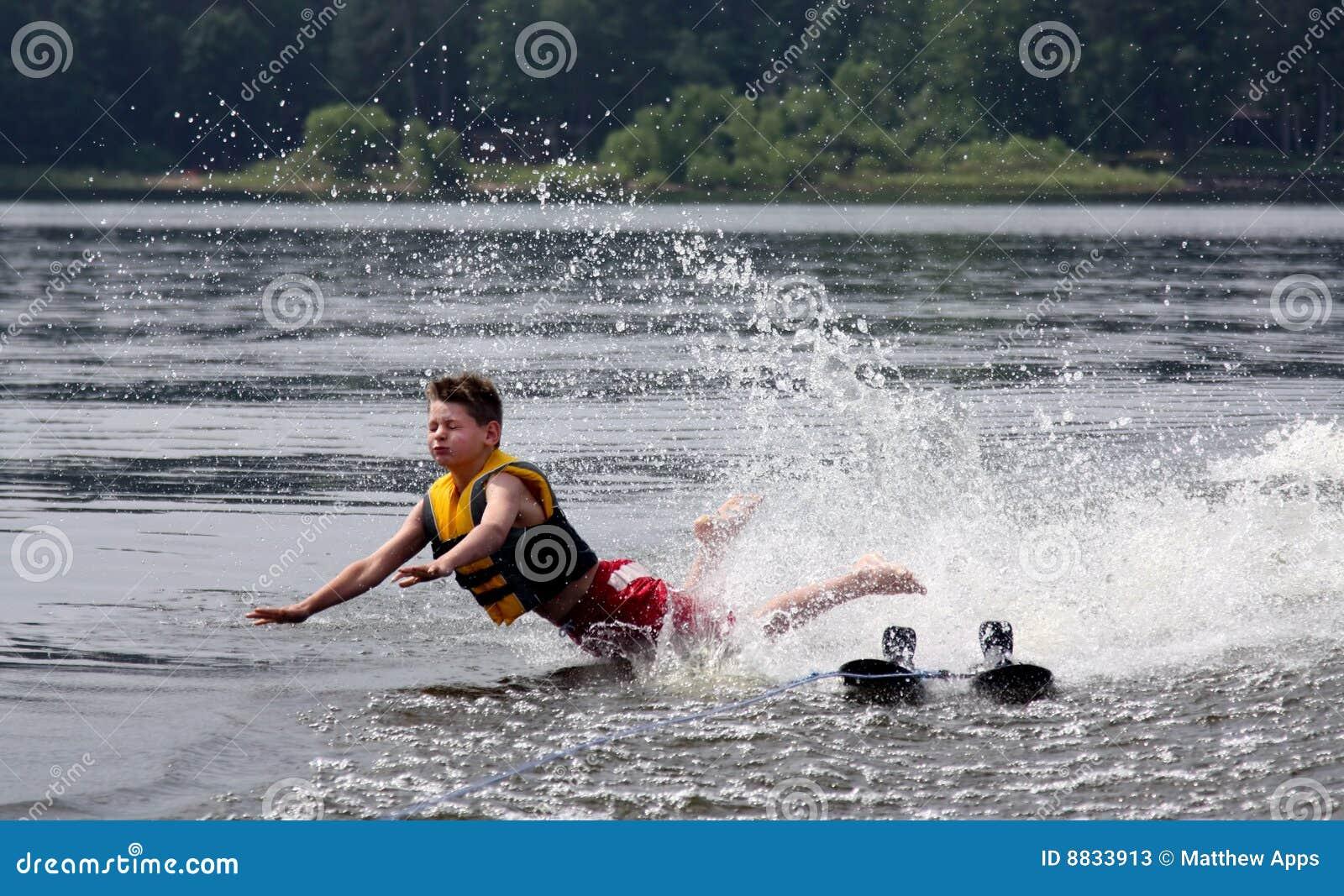 Woda trzask narciarka spadać jeziorna
