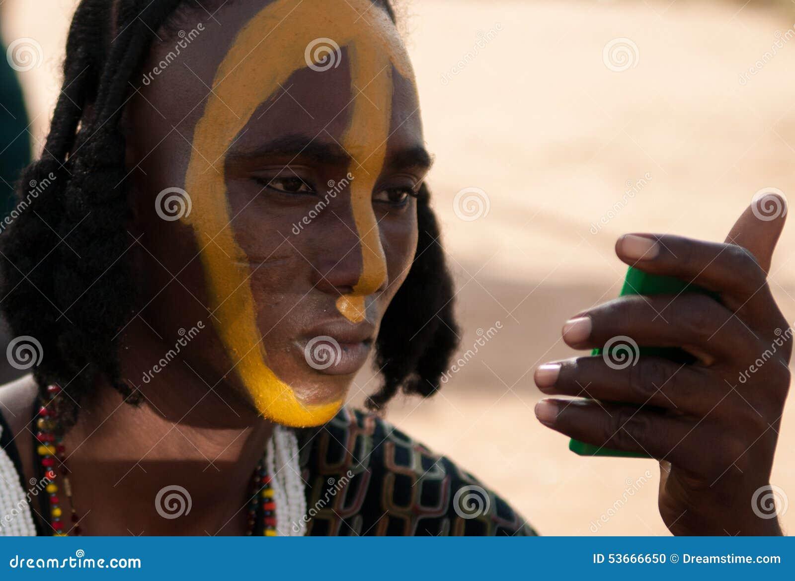 Wodaabe mężczyzna stosuje twarzy farbę, Gerewol, Niger