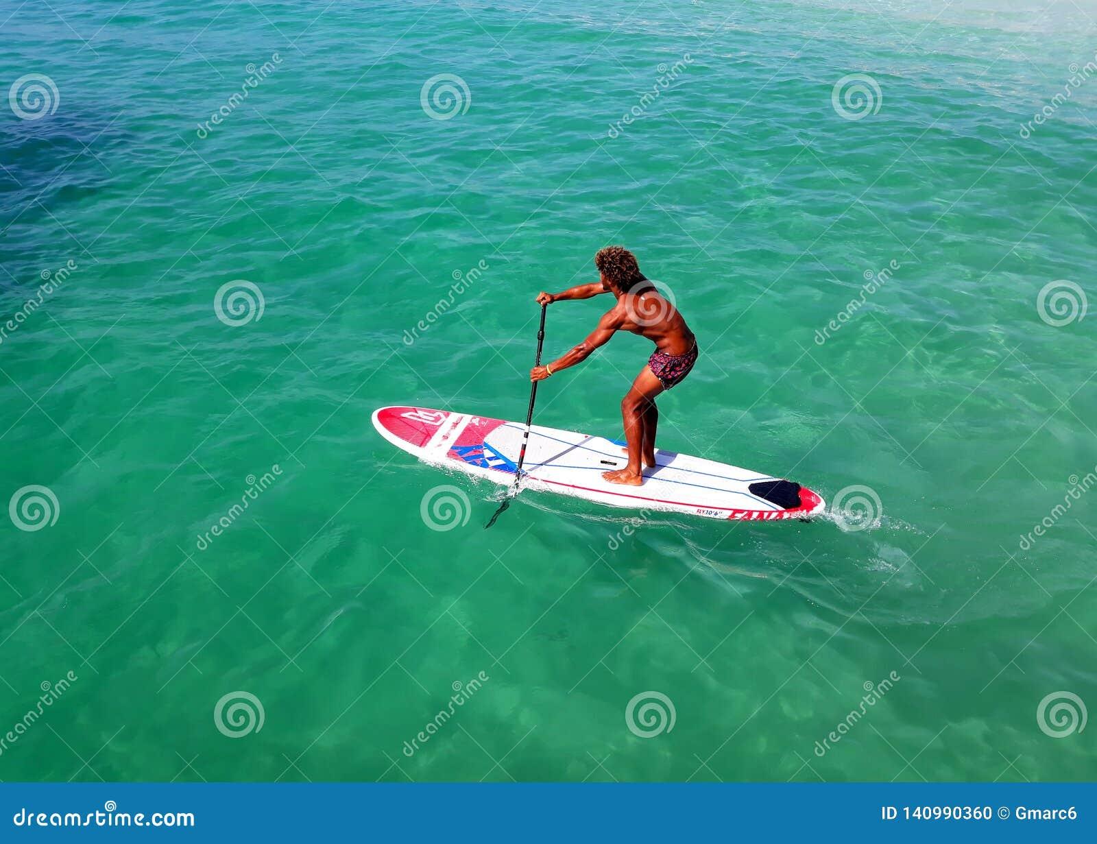 Wodni sporty na przylądku Verde Pływać na desce