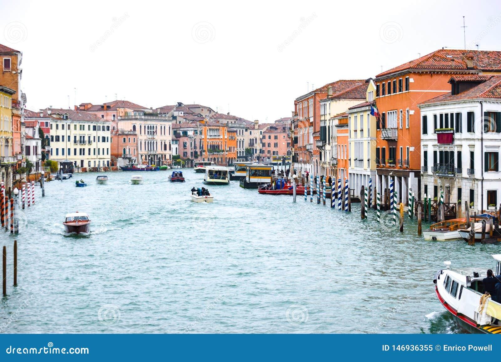 Wodni taxi i inne ?odzie ?egluje mi?dzy Weneckimi budynkami wzd?u? Grand Canal w Wenecja, W?ochy