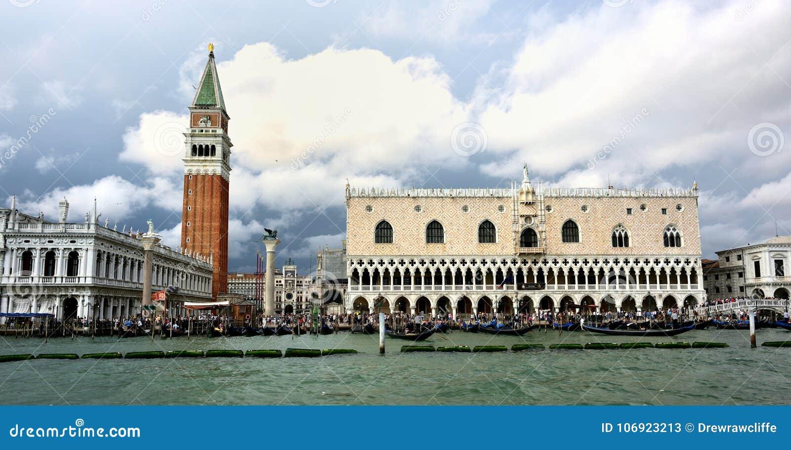 Wodni taxi stać w kolejce przy San Marco, Wenecja