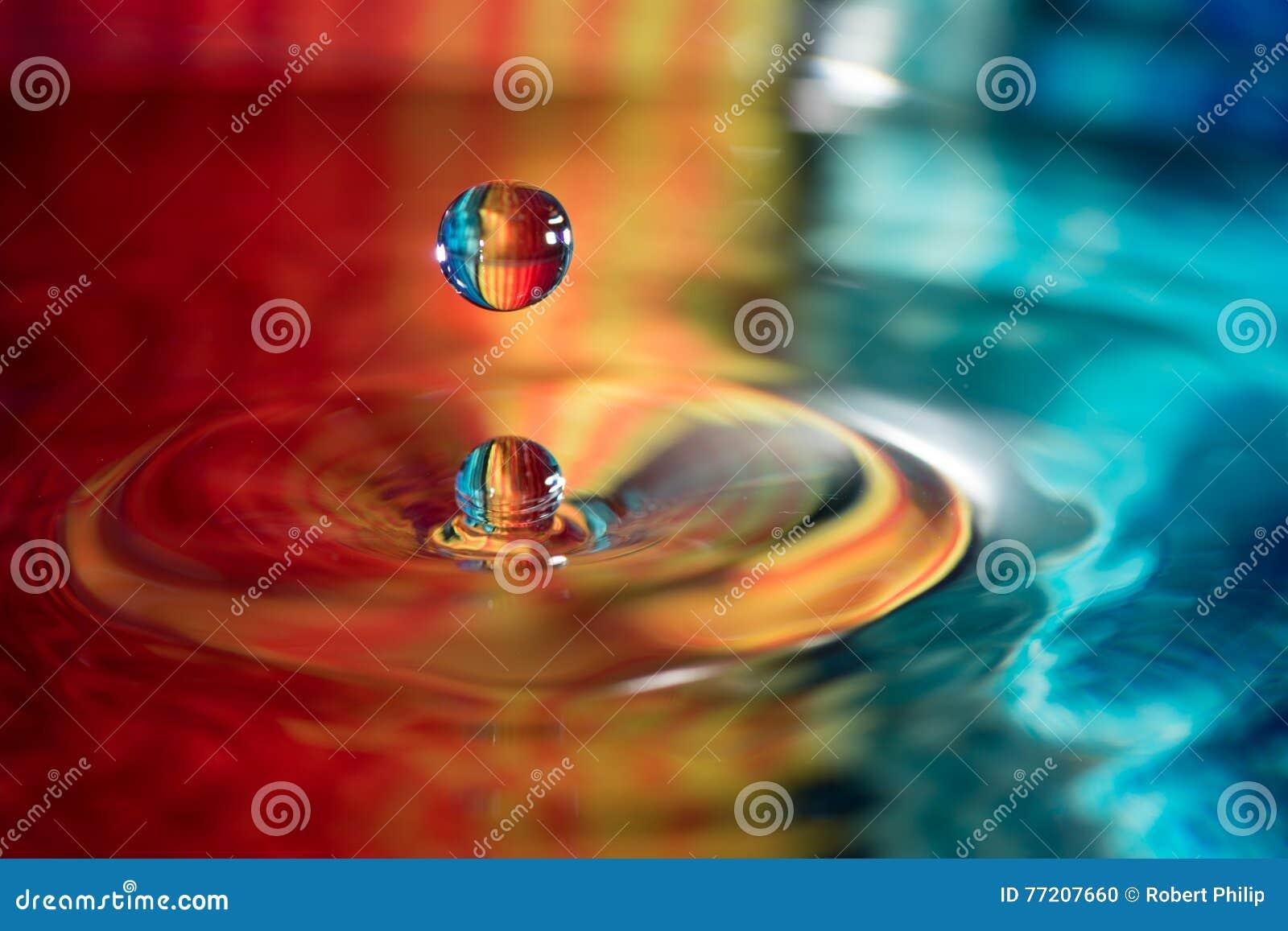 Wodny opadowy spadać w wodę
