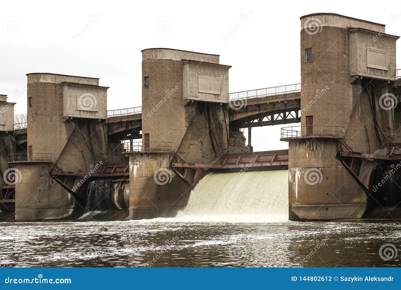 Wodny rozładowanie podczas wiosny snowmelt na Perervinsk tamie instalującej na Moskwa rzece utrzymywać właściwego poziom wod