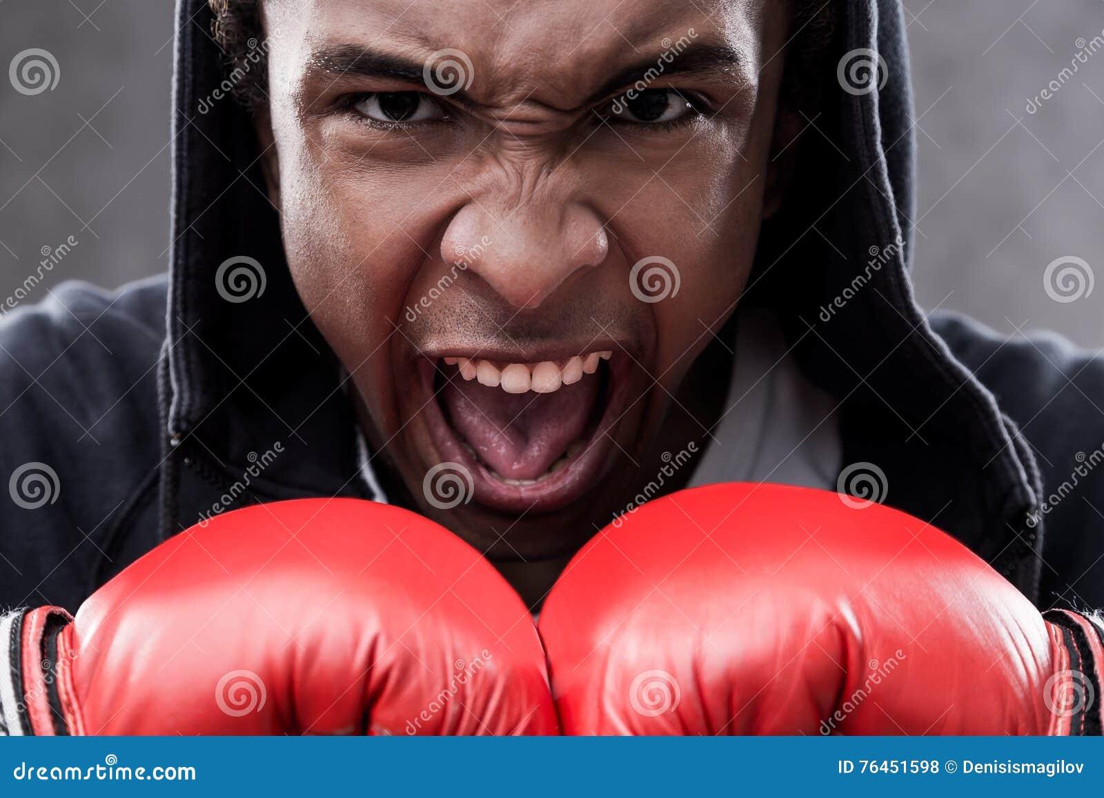 Woedend gemaakte Afrikaanse Amerikaanse bokser