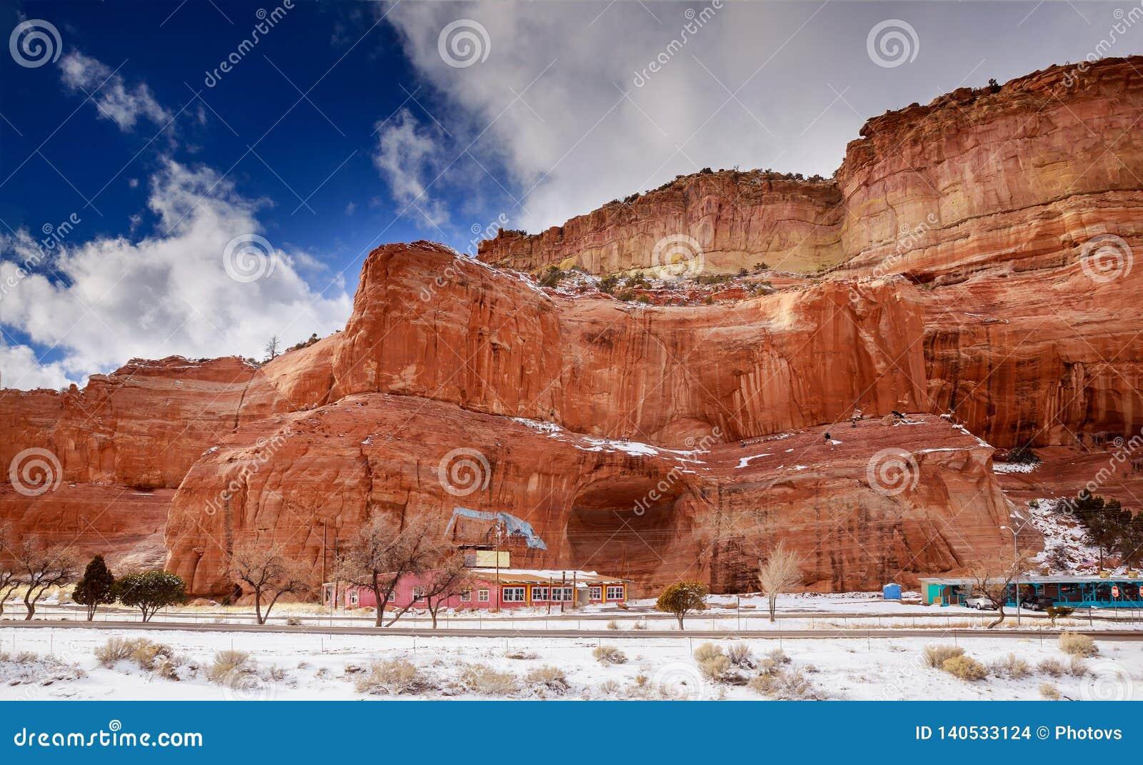 Woestijn en bergenwolken over de zuidwestelijke woestijn van de V.S. New Mexico