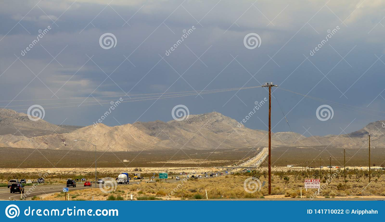 Woestijngebied met machtslijn en weg